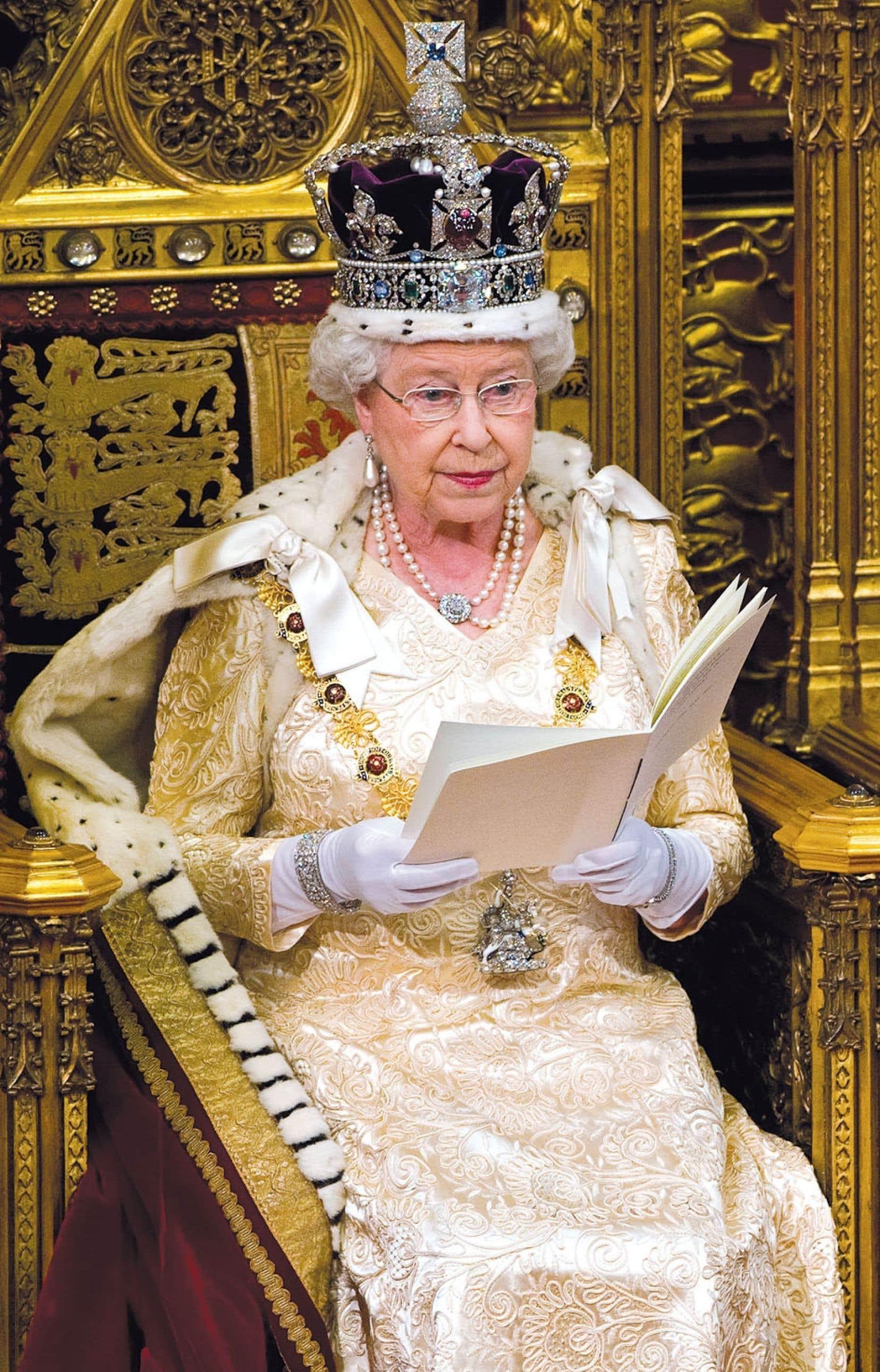 Vue du Canada, cette affaire intrigue. Après tout, Élisabeth II est aussi reine du Canada, comme le proclame la loi fédérale sur les titres royaux.