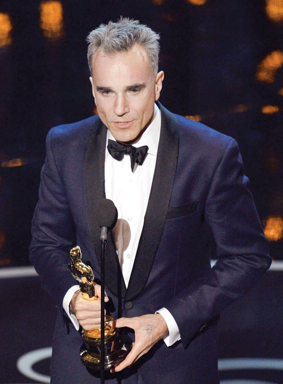<div> Le Britannique Daniel Day-Lewis a reçu dimanche soir l'Oscar du meilleur acteur pour son rôle dans Lincoln, de Steven Spielberg. C'était la troisième fois qu'il recevait cette récompense, une première à Hollywood.</div>