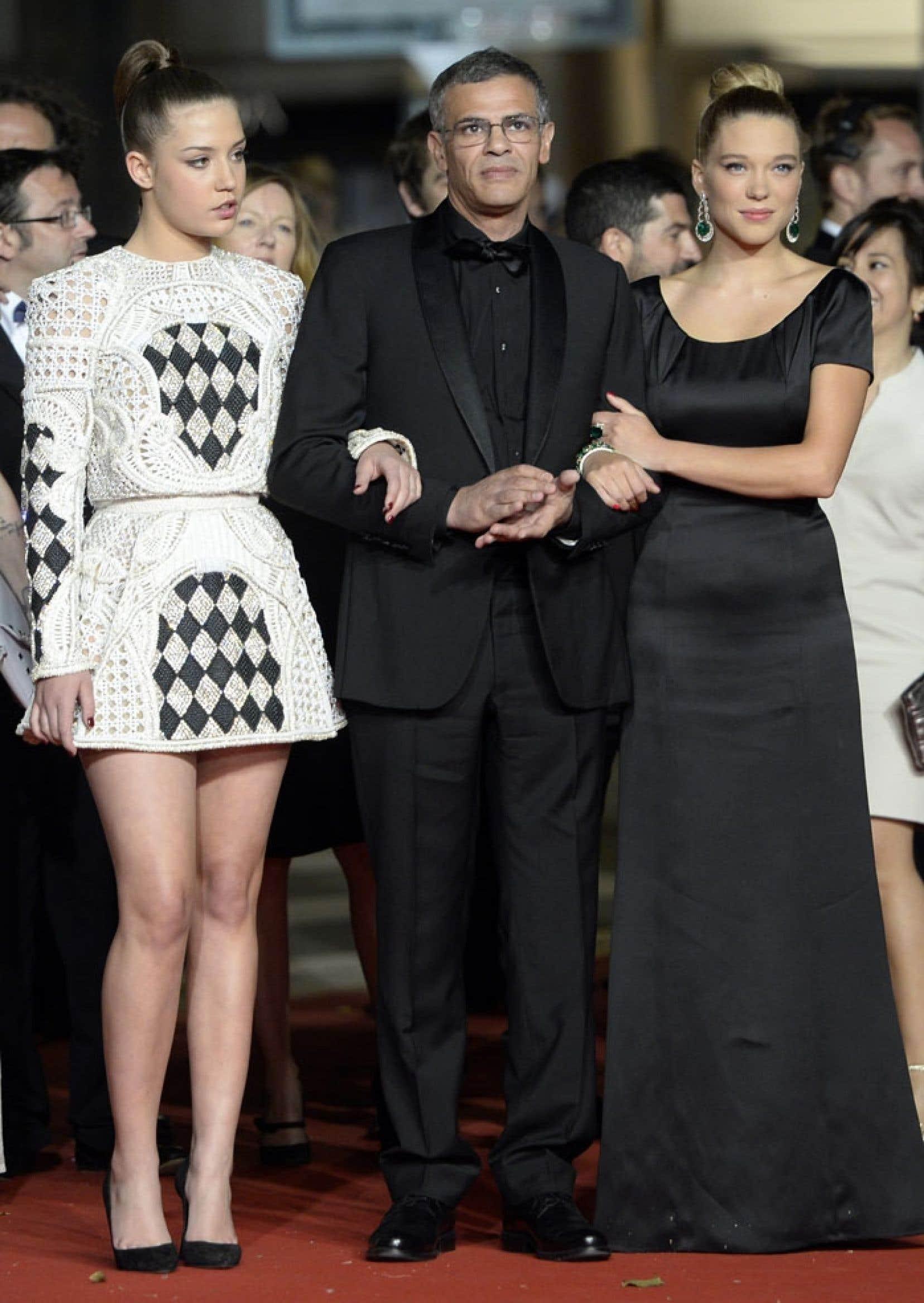 Les actrices Adèle Exarchopoulos et Léa Seydoux entourent le cinéaste Abdellatif Kechiche sur le tapis rouge cannois, avant la projection de La vie d'Adèle jeudi.