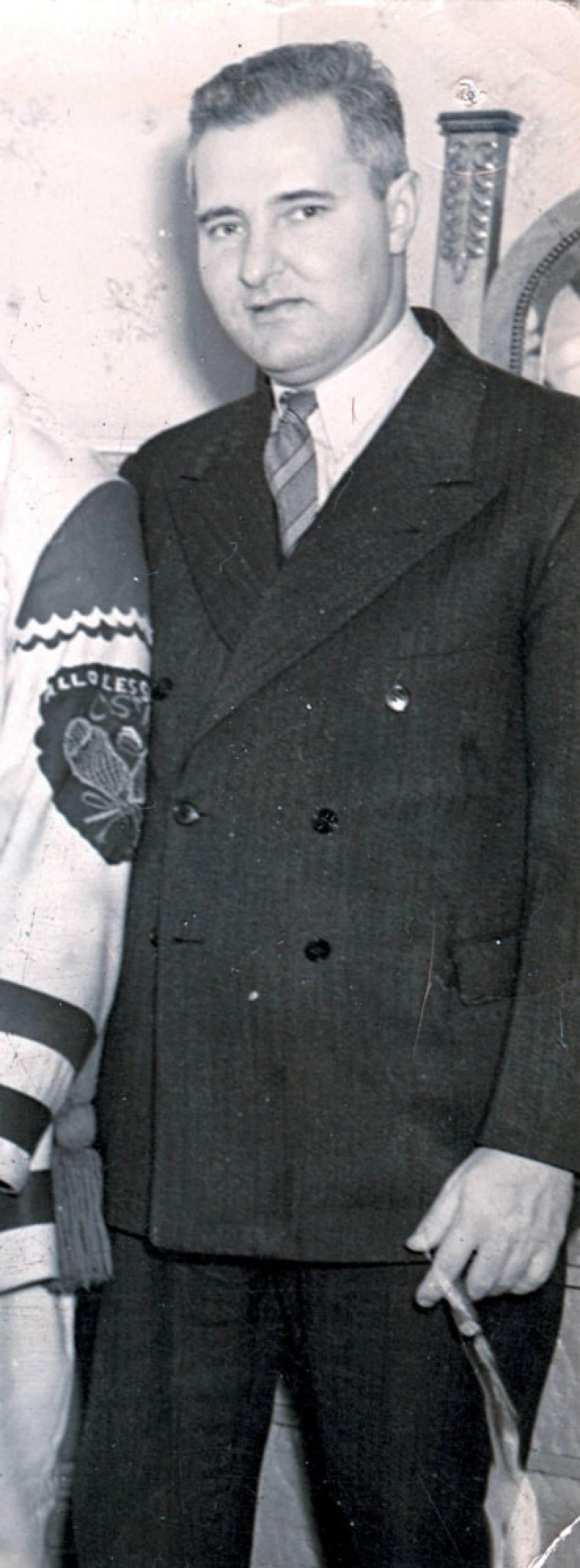 <div> Le journaliste Charles Mayer fut un membre de la célèbre Ligue du vieux poêle à Radio-Canada, et il est associé à la tradition de décerner trois étoiles à la fin des matchs de hockey.</div>