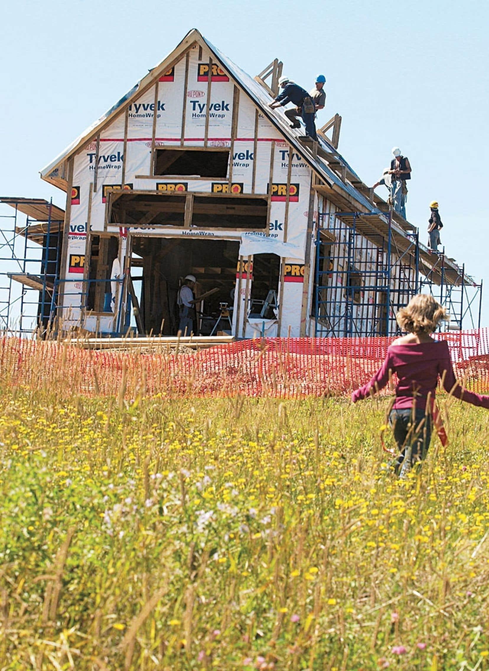 Le nombre total des mises en chantier demeurera inférieur à celui de l'an dernier, selon des prévisions rendues publiques mardi par la Société canadienne d'hypothèques et de logement.