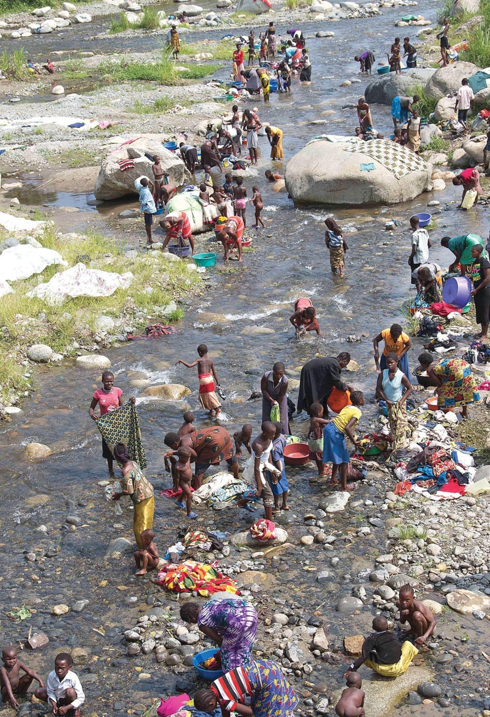 Des réfugiés de la République démocratique du Congo non loin de la rivière qui se trouve près du poste frontière Busunga.