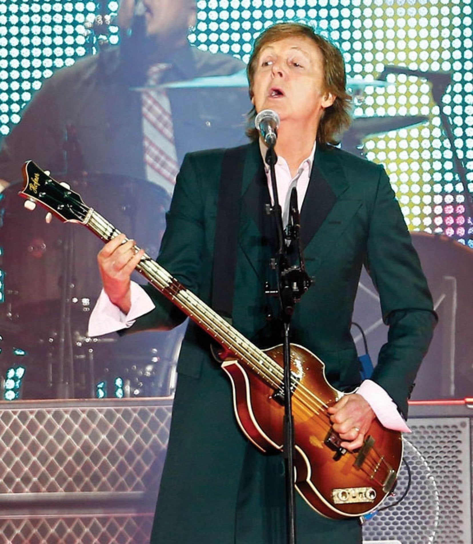 Vers 21 h 20, sir Paul McCartney est arrivé sur la scène des Plaines, l'air décontracté, en redingote, pour entamer le spectacle avec Eight Days a Week.