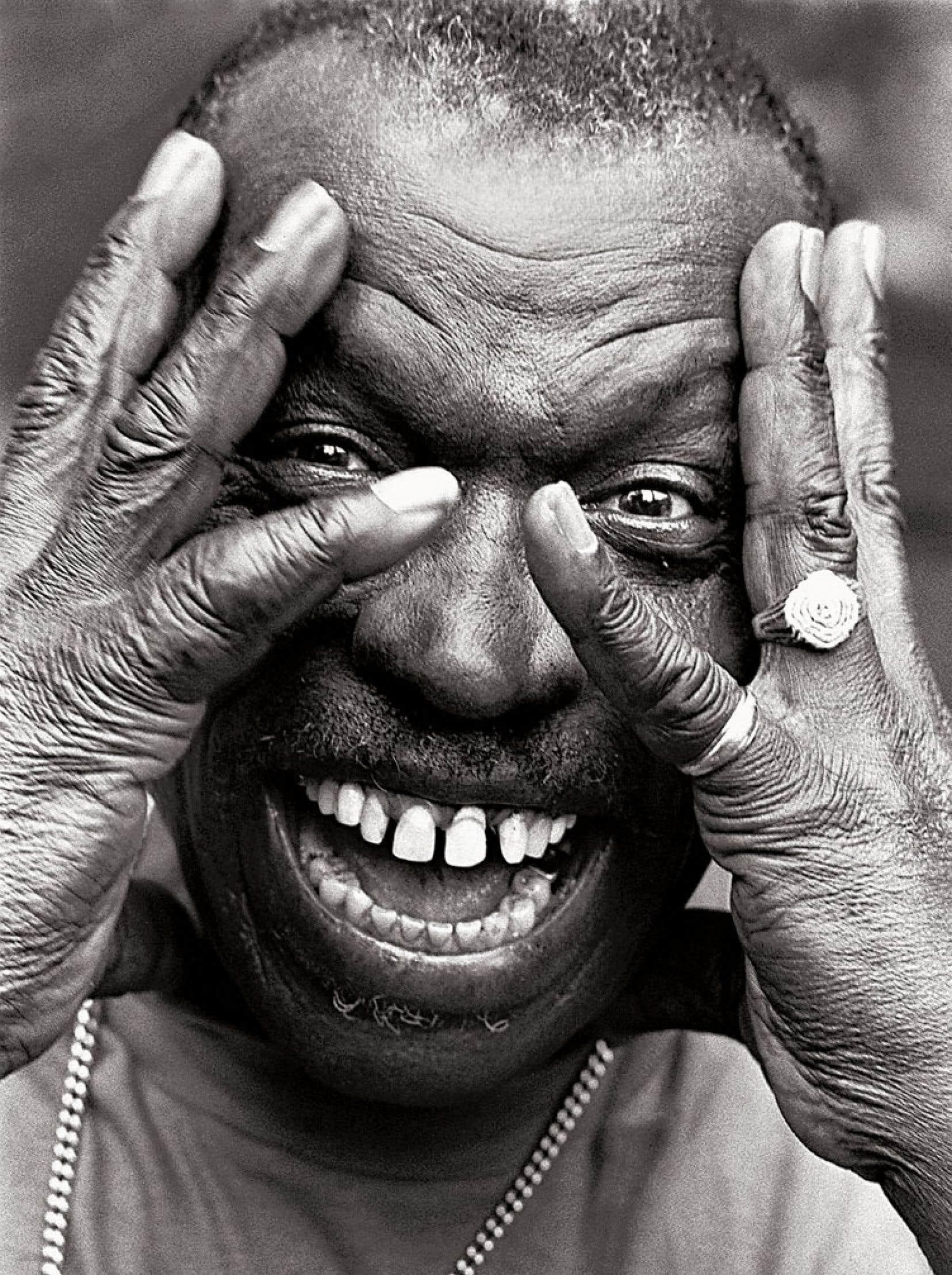 Elvin Jones répond par ce geste au regard franc du photographe.