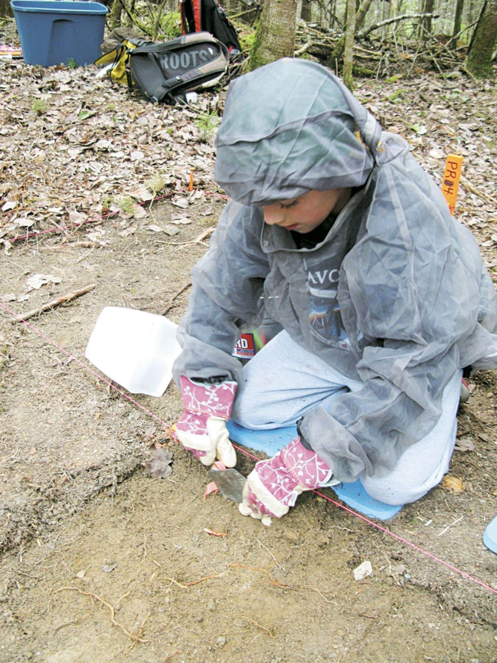 L'activité proposée par la SEPAQ est une vraie fouille archéologique. Chaque artefact trouvé sera conservé et compilé pour en apprendre plus sur les populations qui ont traversé la région du lac.