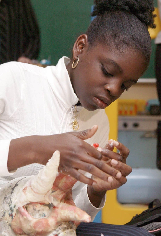 La CSBM a intégré dans ses formations en alphabétisation des ateliers pratiques, comme des ateliers en arts plastiques.