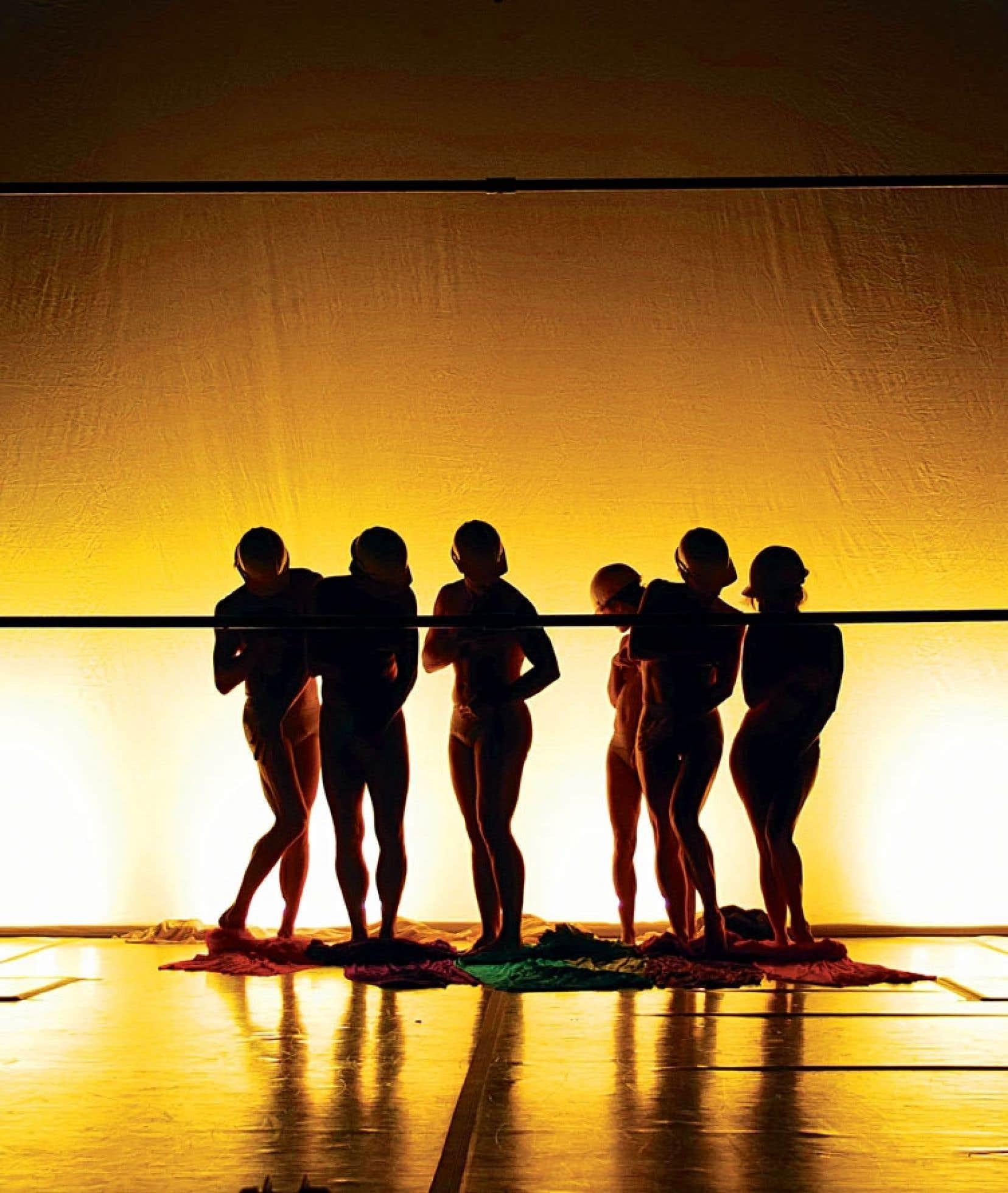 Sur scène, dans la scénographie comme dans les costumes, Prismes exploite et distortionne les couleurs extrêmes, jouant avec les effets d'optique.