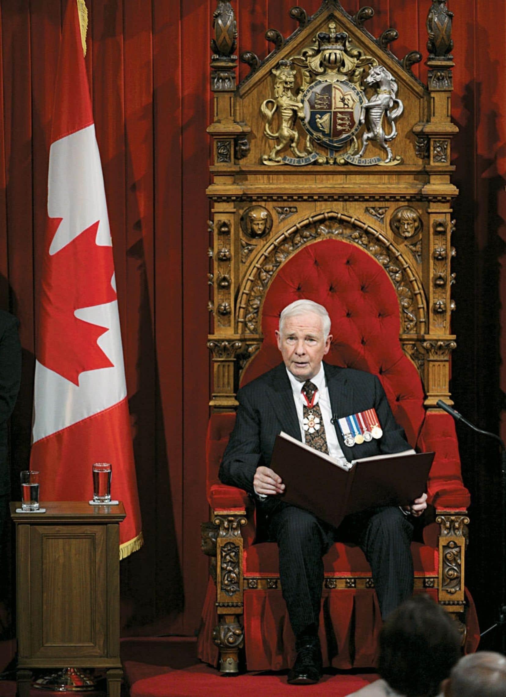 Le gouverneur général David Johnston a livré mercredi au Salon rouge le septième discours du Trône du gouvernement Harper. La lecture a débuté par une minute de silence à la mémoire des victimes de Lac-Mégantic, mais le discours contenait peu de détails sur les mesures qu'Ottawa entend prendre pour resserrer la sécurité ferroviaire.