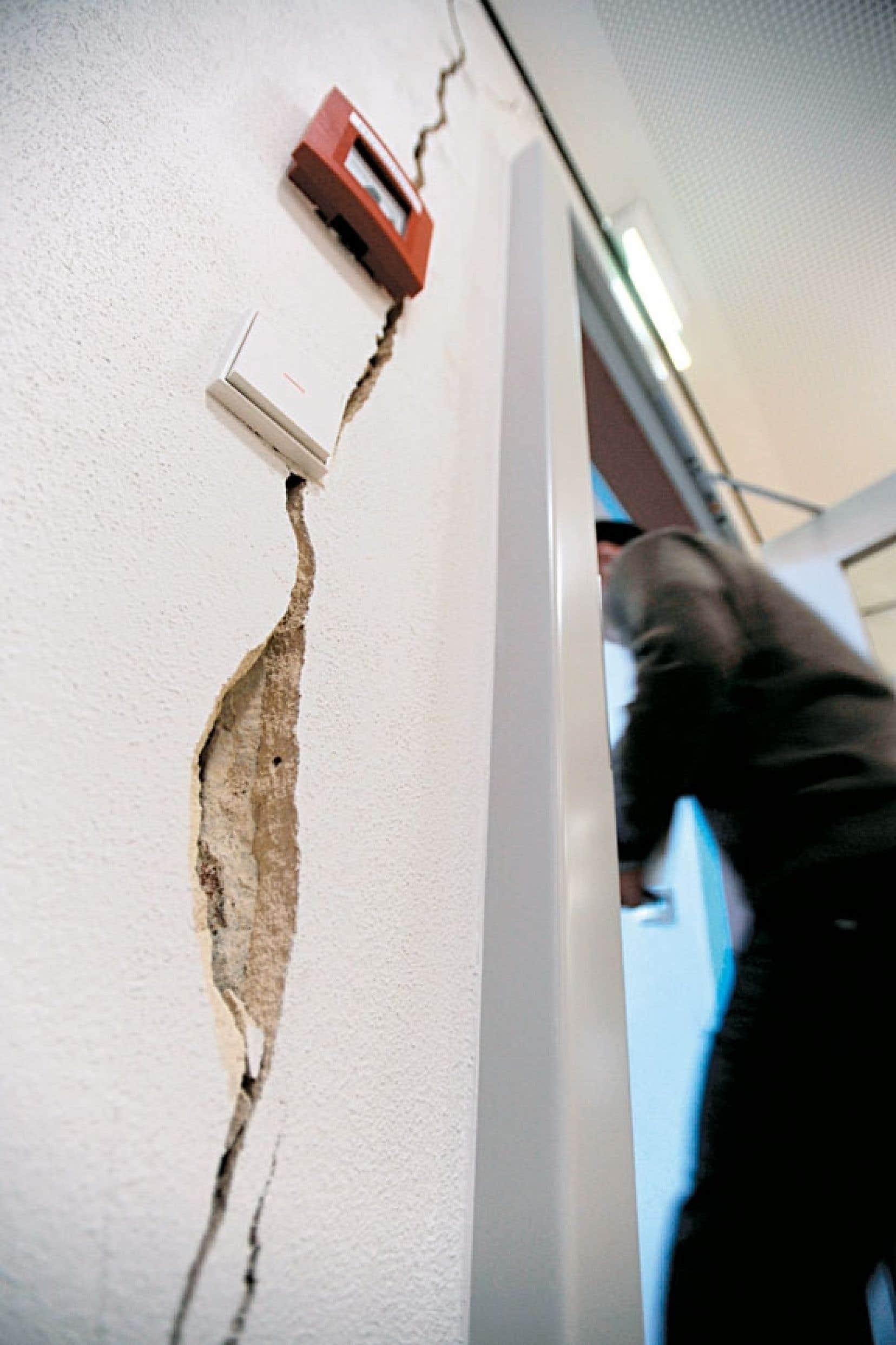 Le radon émerge du sol et s'infiltre dans les habitations par les entrées de service et les fissures dans les fondations.