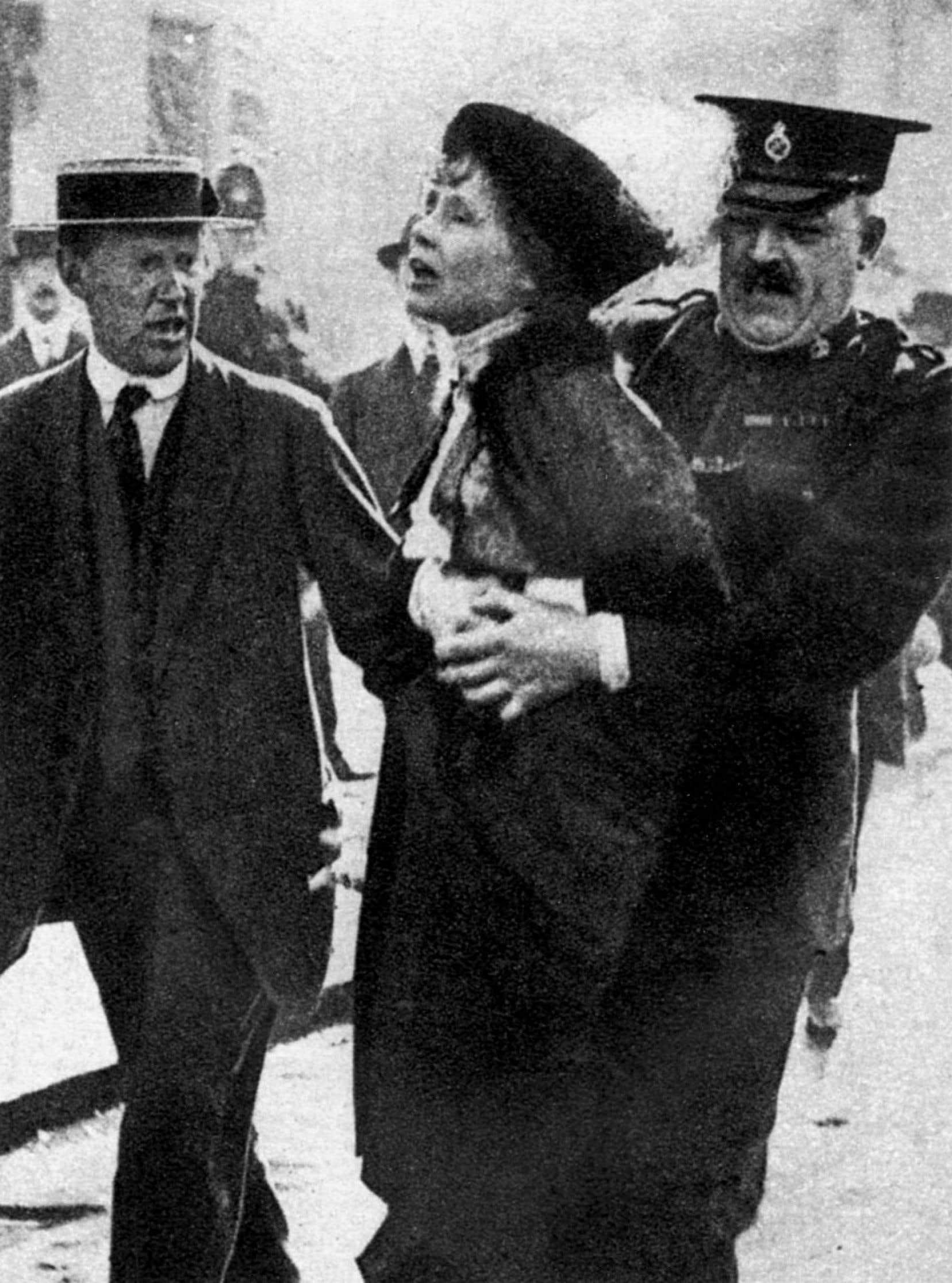 En mai1914, Emmeline Pankhurst est arrêtée devant le palais de Buckingham alors qu'elle tente de présenter une pétition sur le droit de vote des femmes au roi George V.