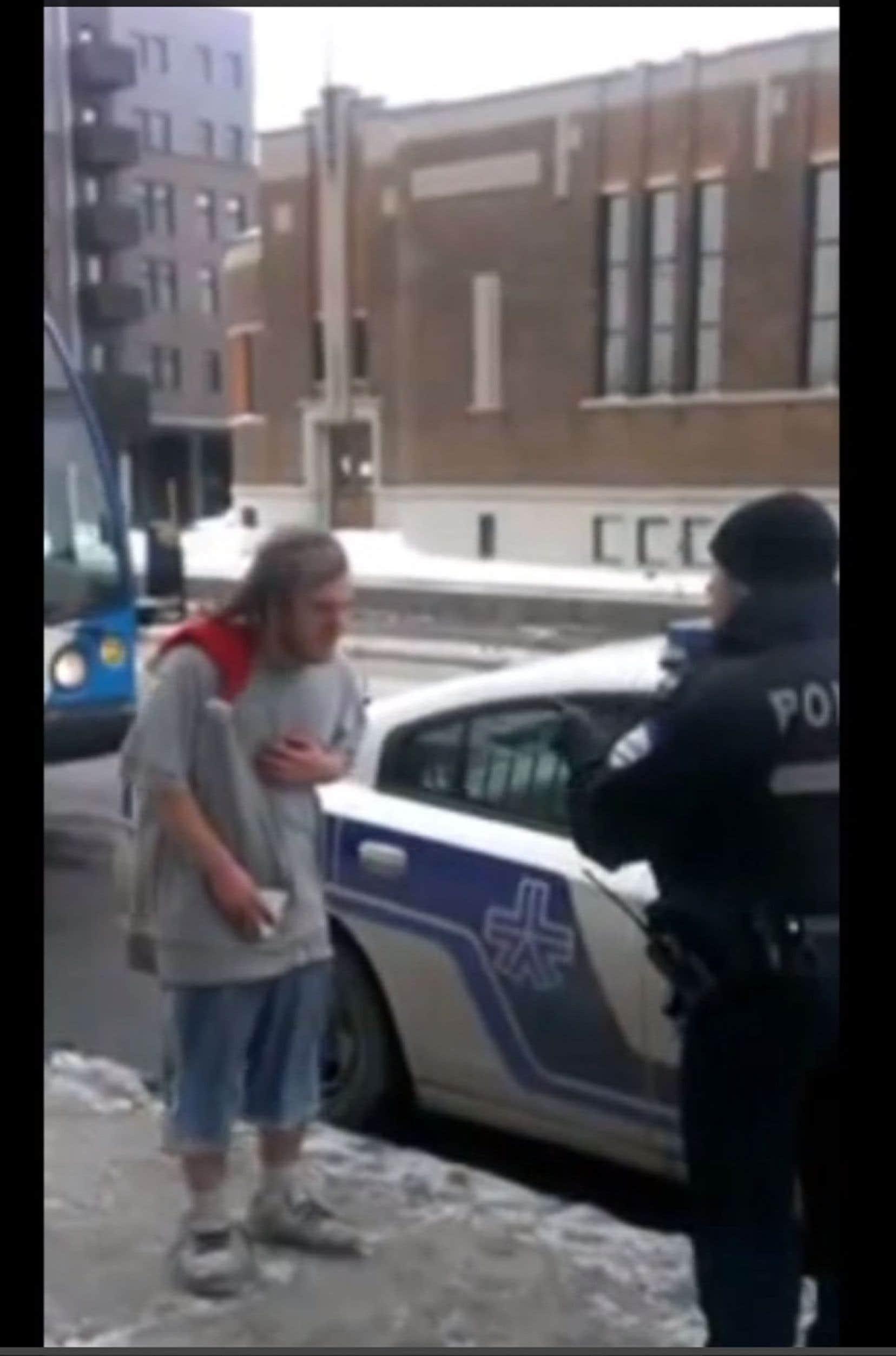 La vidéo du jeune itinérant et du policier a fait le tour de la Toile.