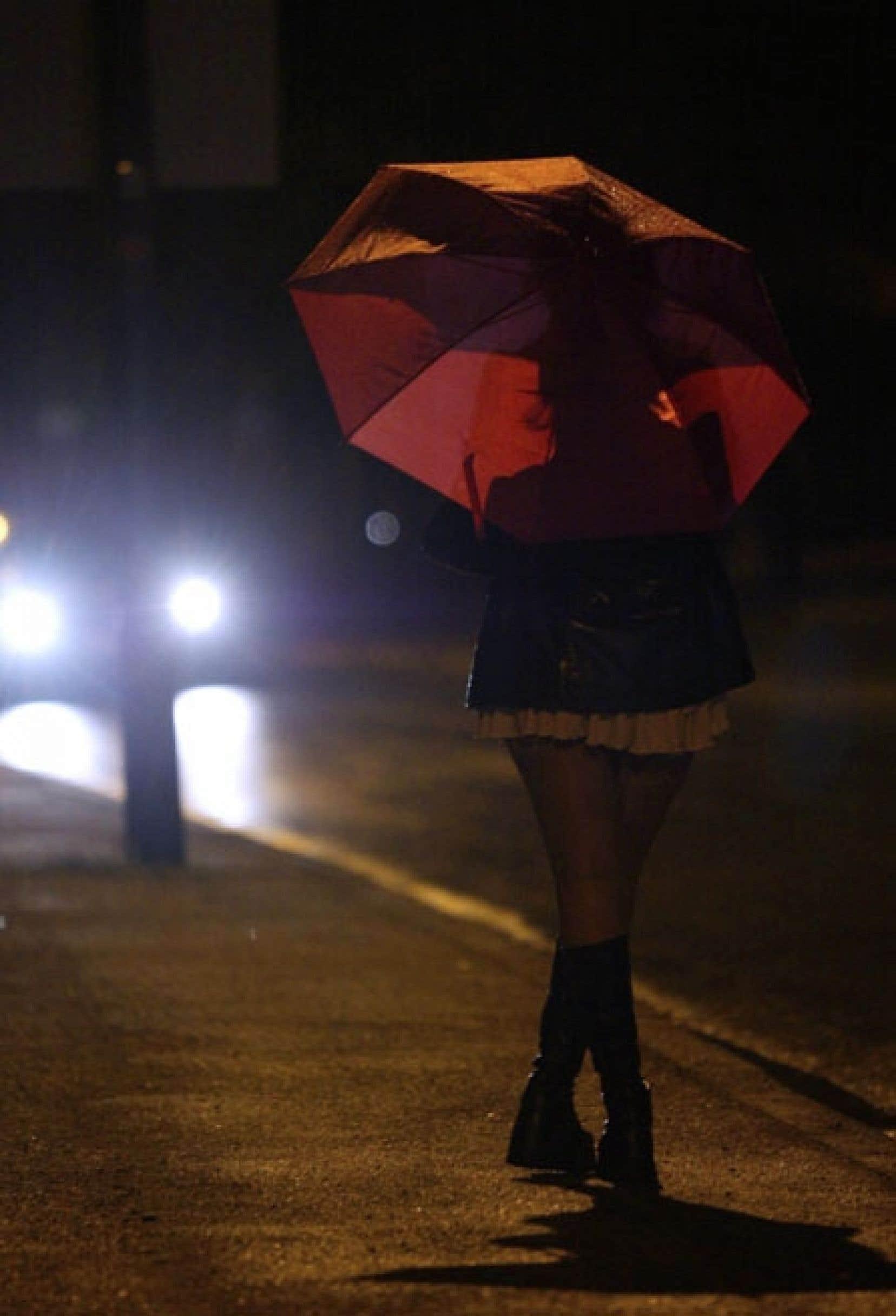 En souhaitant criminaliser les clients, le gouvernement risque de forcer indirectement les prostituées qui souhaitent travailler légalement à solliciter les clients dans la rue.