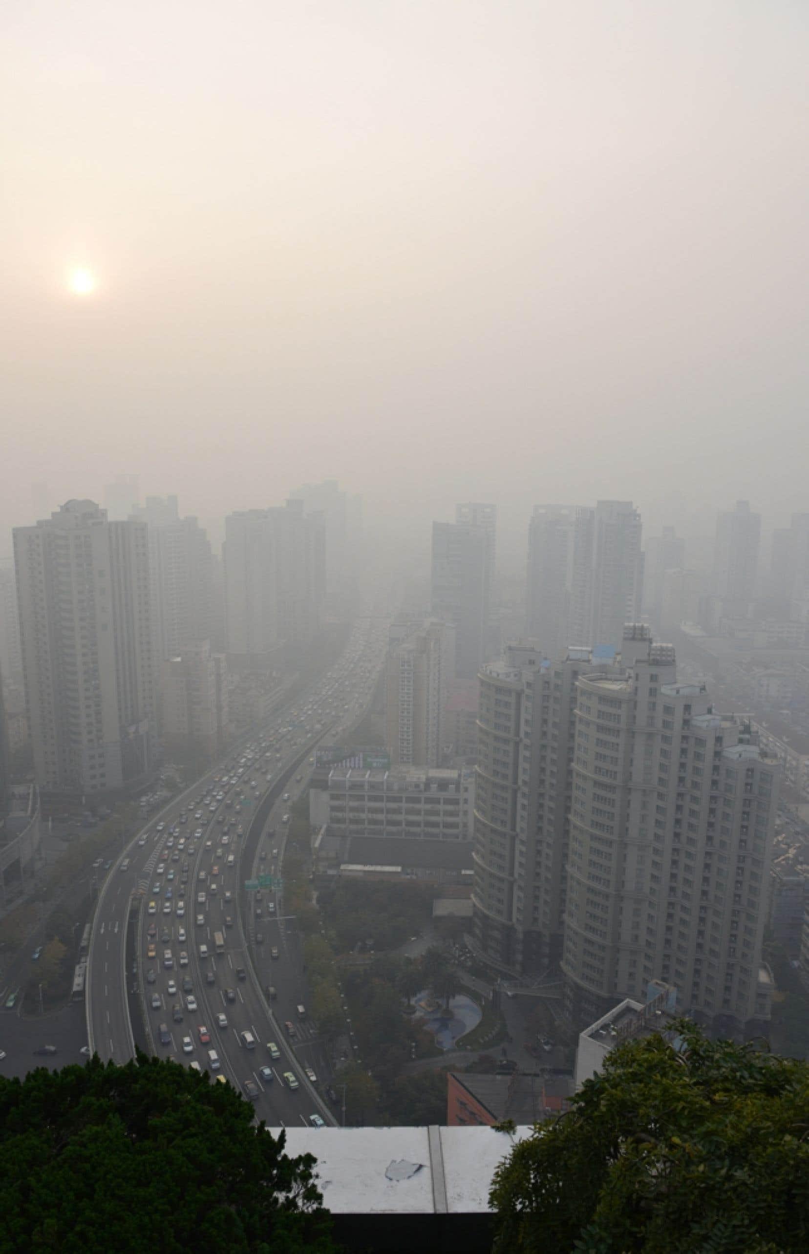 Vue (voilée) sur Shanghai. La croissance de l'économie a été de 7,7 % en 2013, soit le même taux que l'année précédente, ce qui permet donc de parler d'une stabilisation de la croissance après une forte poussée. Mais il y a un revers environnemental à cette croissance: la pollution de l'air qui a atteint des records dans les principales villes de Chine au cours des dernières années, les taux de particules fines en suspension dans l'air dépassant jusqu'à 40 fois les seuils fixés par l'Organisation mondiale de la santé.