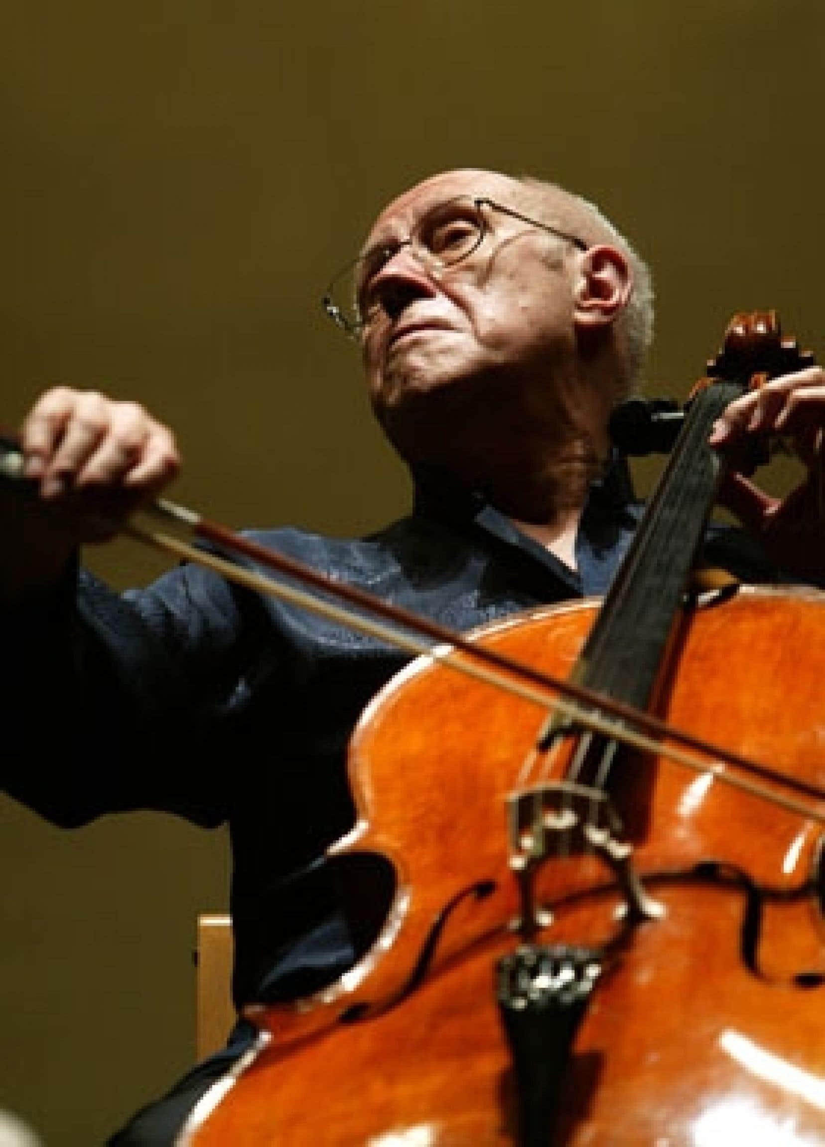 Une photo d'archives du violoncelliste russe Mstislav Rostropovitch, prise le 9 septembre 2004, alors qu'il dirigeait une répétition de l'Orchestre de chambre de Prague en vue d'un concert au théâtre Maestranza de Séville, en Espagne.