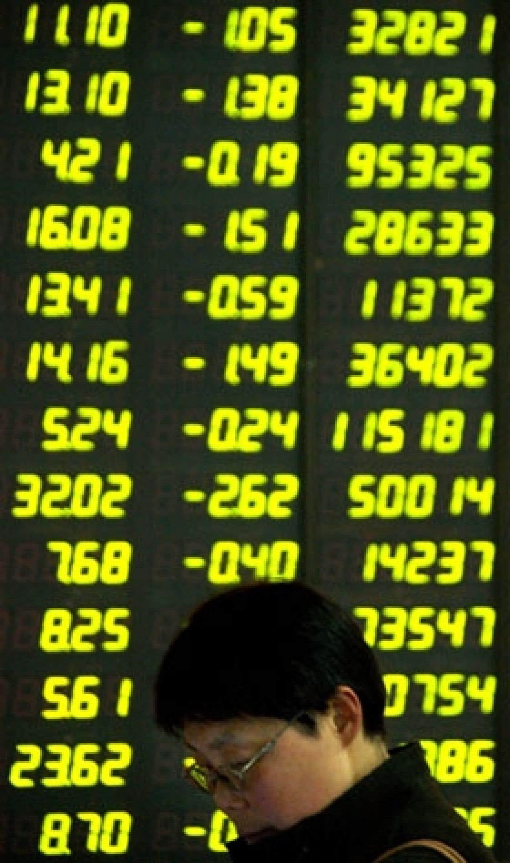 Le parquet chinois a encaissé son plus important recul en plus de dix ans. Cette chute, qui fait craindre un éclatement brutal de la bulle boursière chinoise, doit toutefois être mise dans la perspective d'un marché fortement surévalué