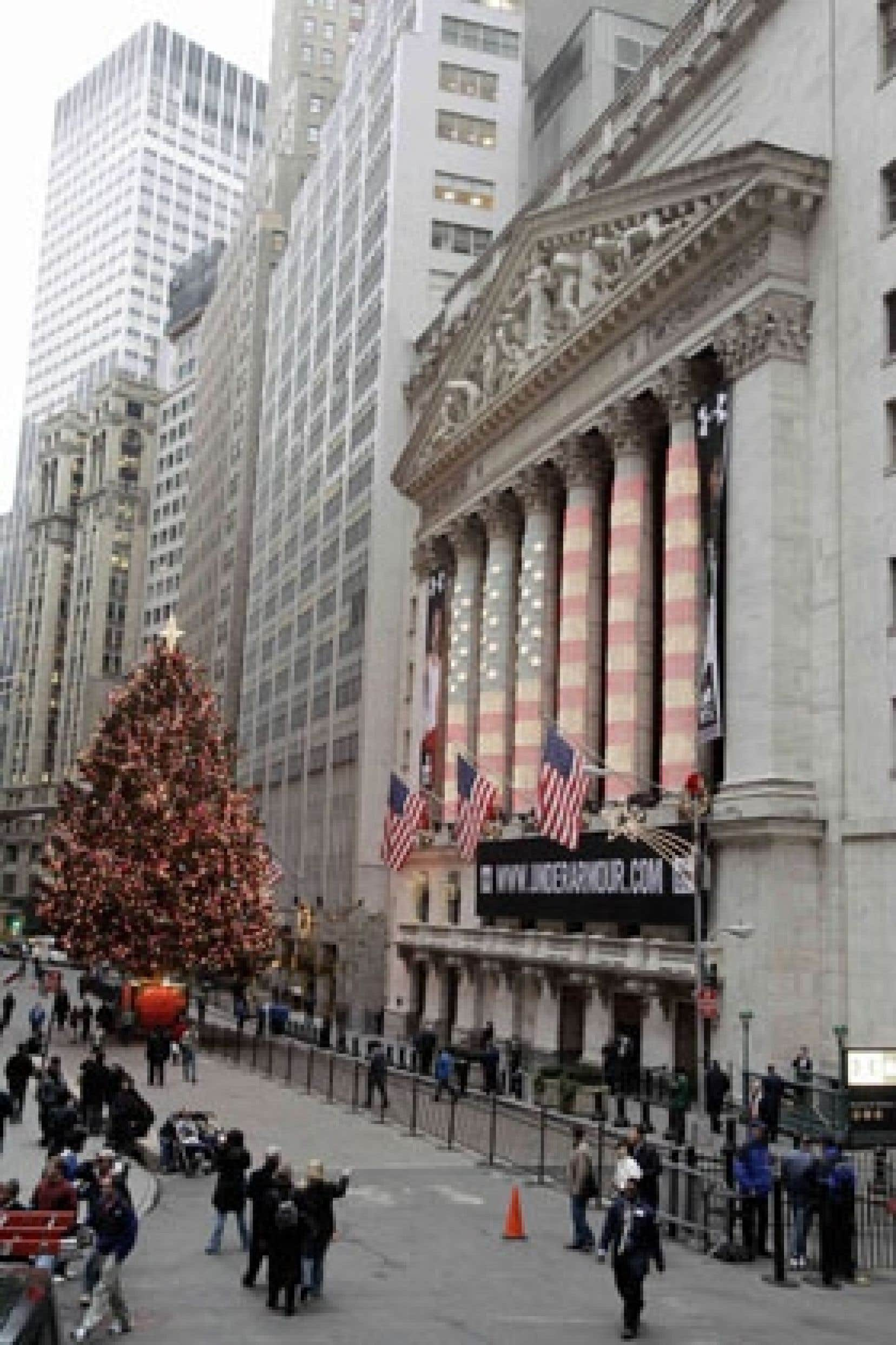 L'édifice du New York Stock Exchange est illuminé aux couleurs du drapeau américain.