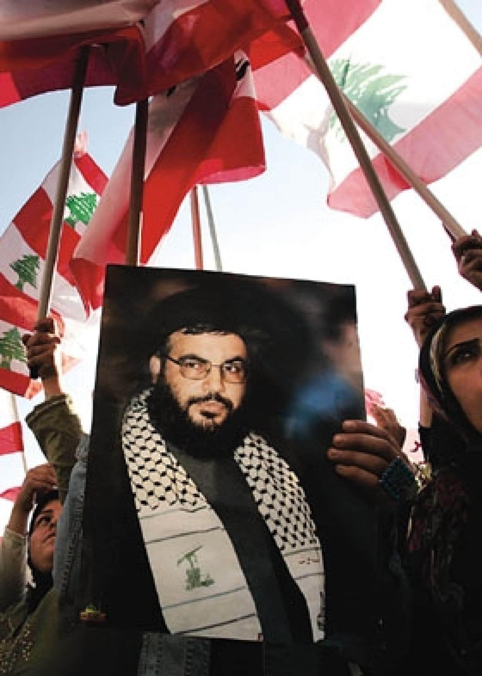 Beyrouth a croulé sous une mer de drapeaux et de pancartes comme celle-ci à l'effigie du chef du Hezbollah, Hassan Nasrallah.