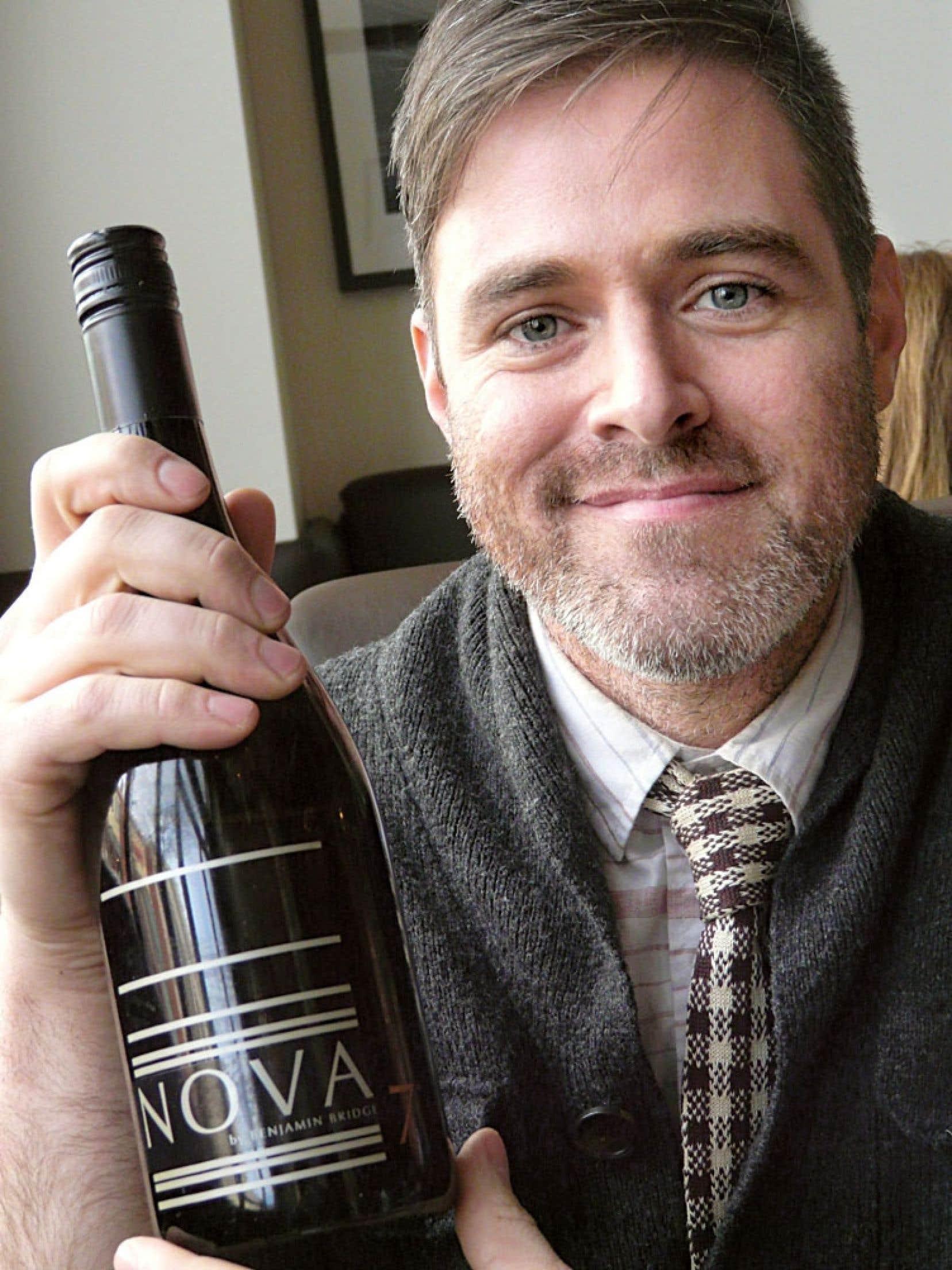 Jean-Benoit Deslauriers, un Québécois qui travaille chez Benjamin Bridge, en Nouvelle-Écosse, avec sa dernière cuvée Nova 7. Une bombe!