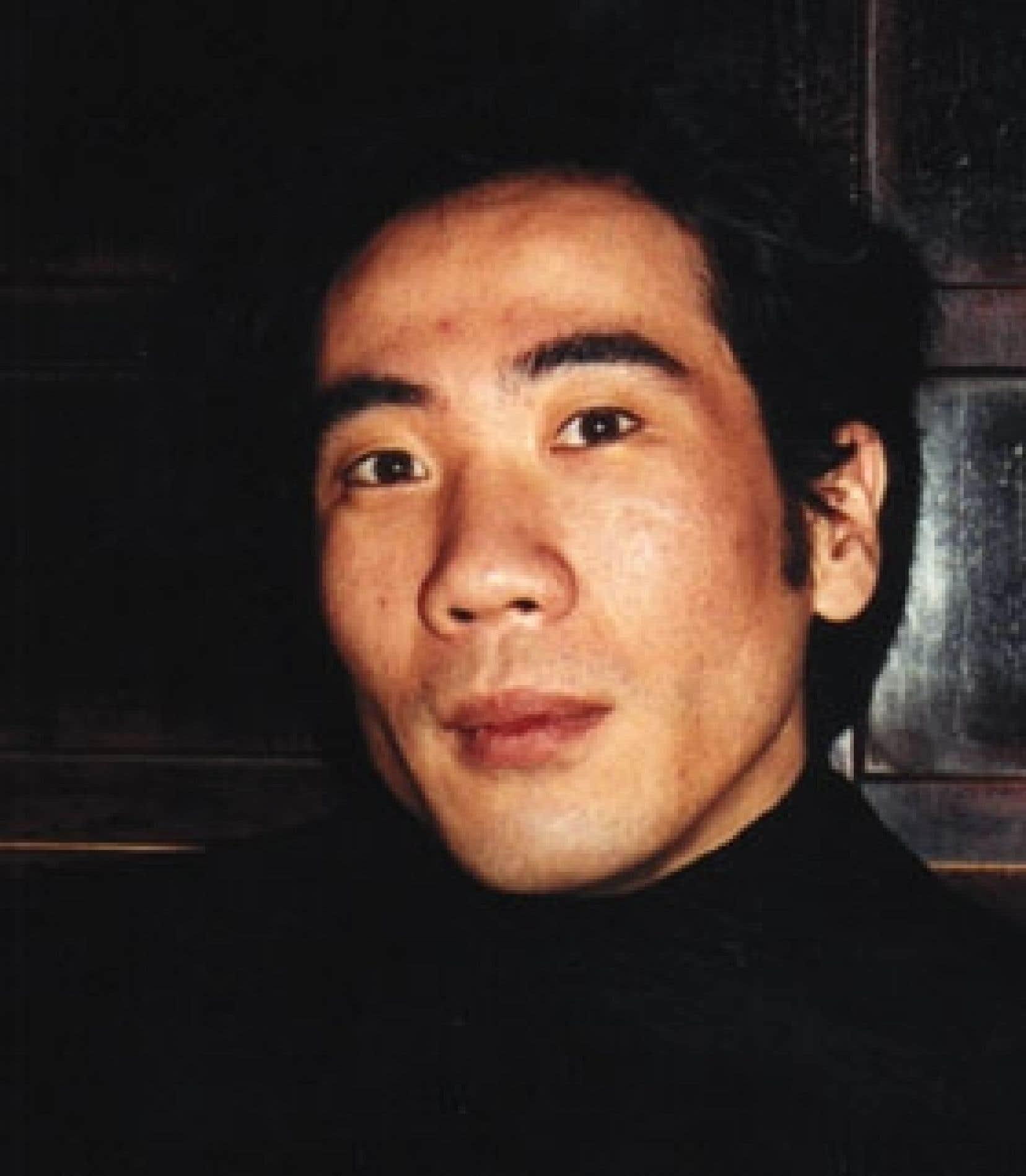 Formé à l'École des beaux-arts de Pékin, Chen Jiang Hon utilise la technique de l'encre de Chine sur papier de riz pour réaliser ses livres, qui sont de véritables oeuvres d'art.