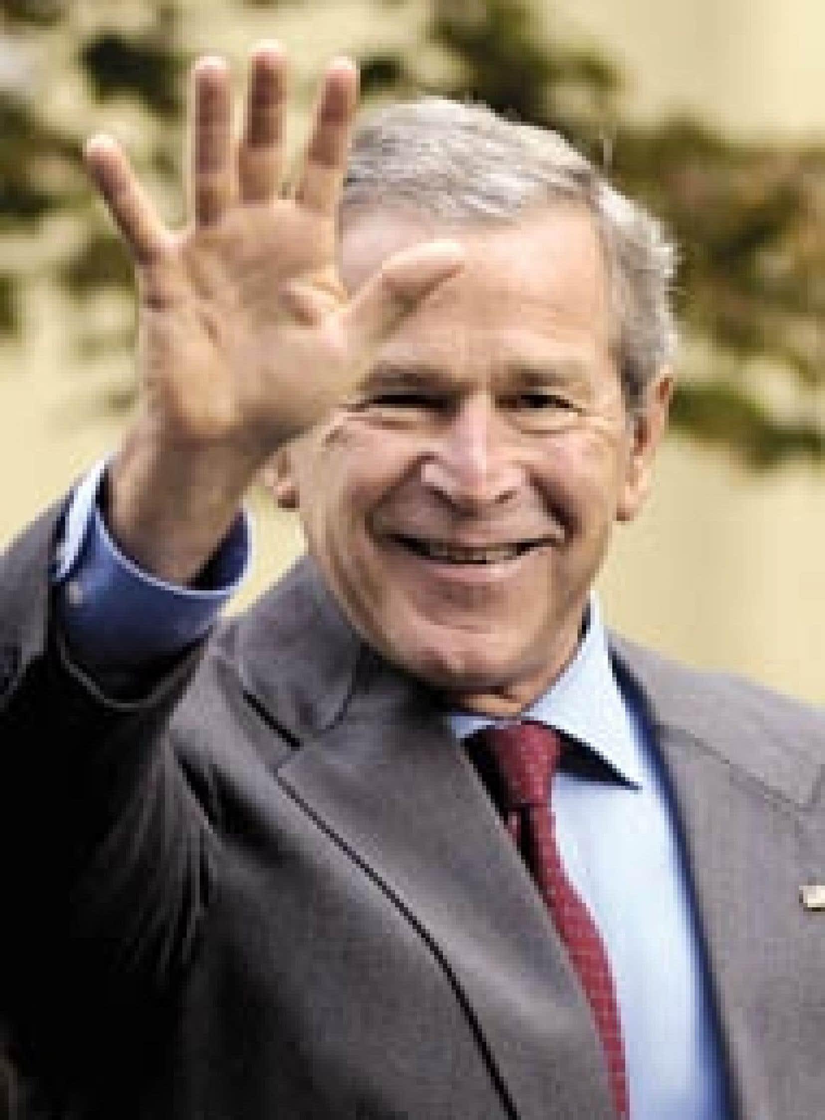 Le président américain, George W. Bush, salue les journalistes à la sortie de l'église St. John, à Washington, où il a assisté à la célébration dominicale, hier. Un rapport des services secrets affirmant que l'invasion militaire de l'Irak