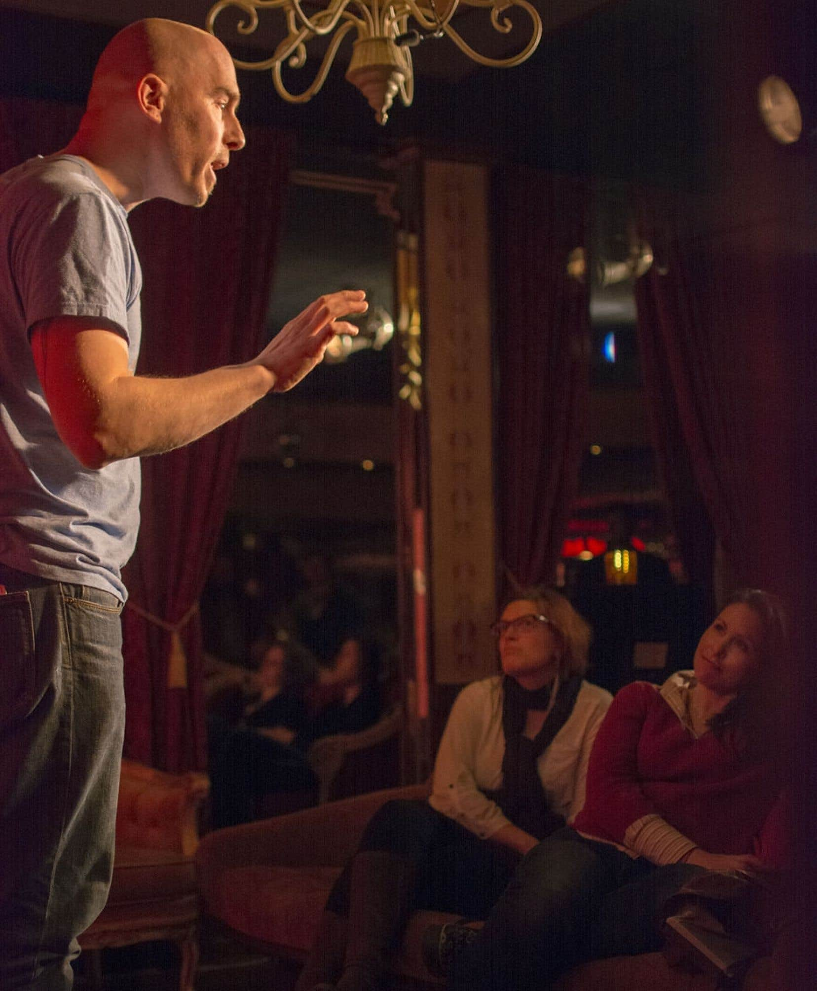 Paul Bradley capte l'attention des participants aux dimanches du conte du Gainzbar à Montréal.