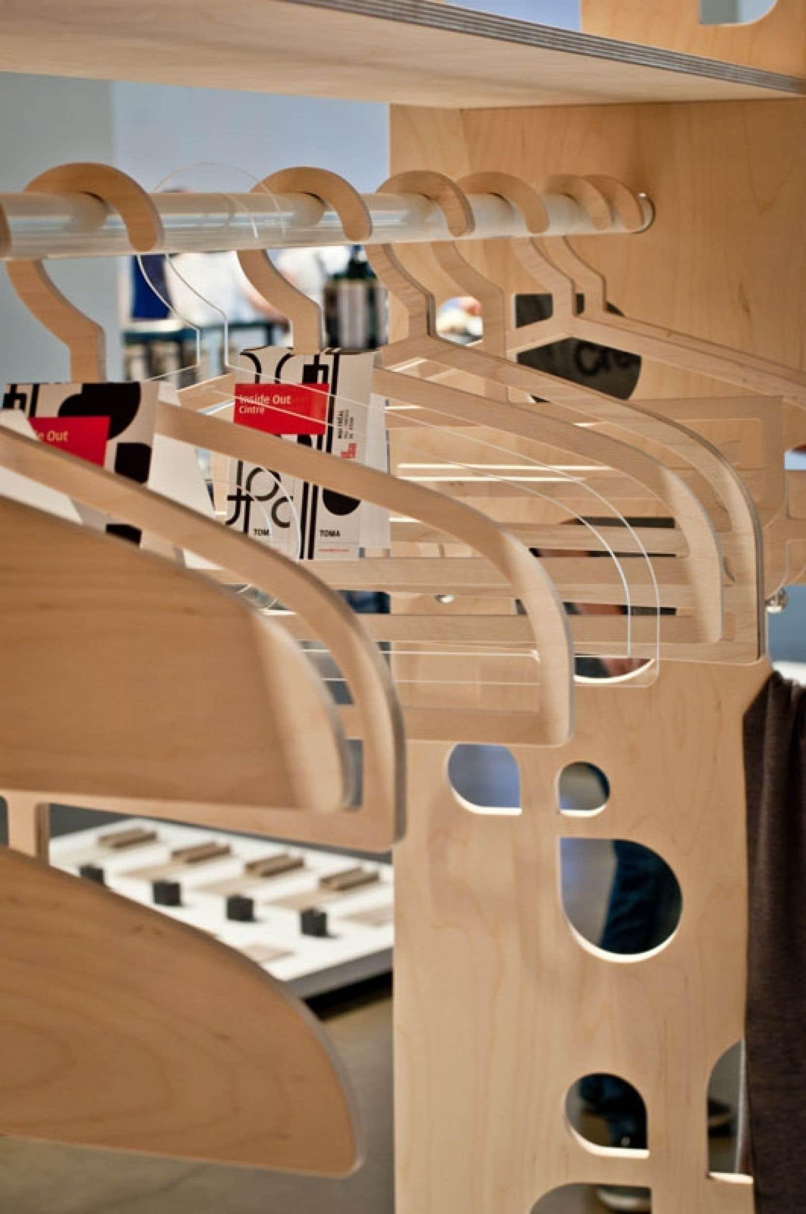 Détail de la collection Inside Out de cintres et crochets pour le vestibule de la firme TOMA Objets.