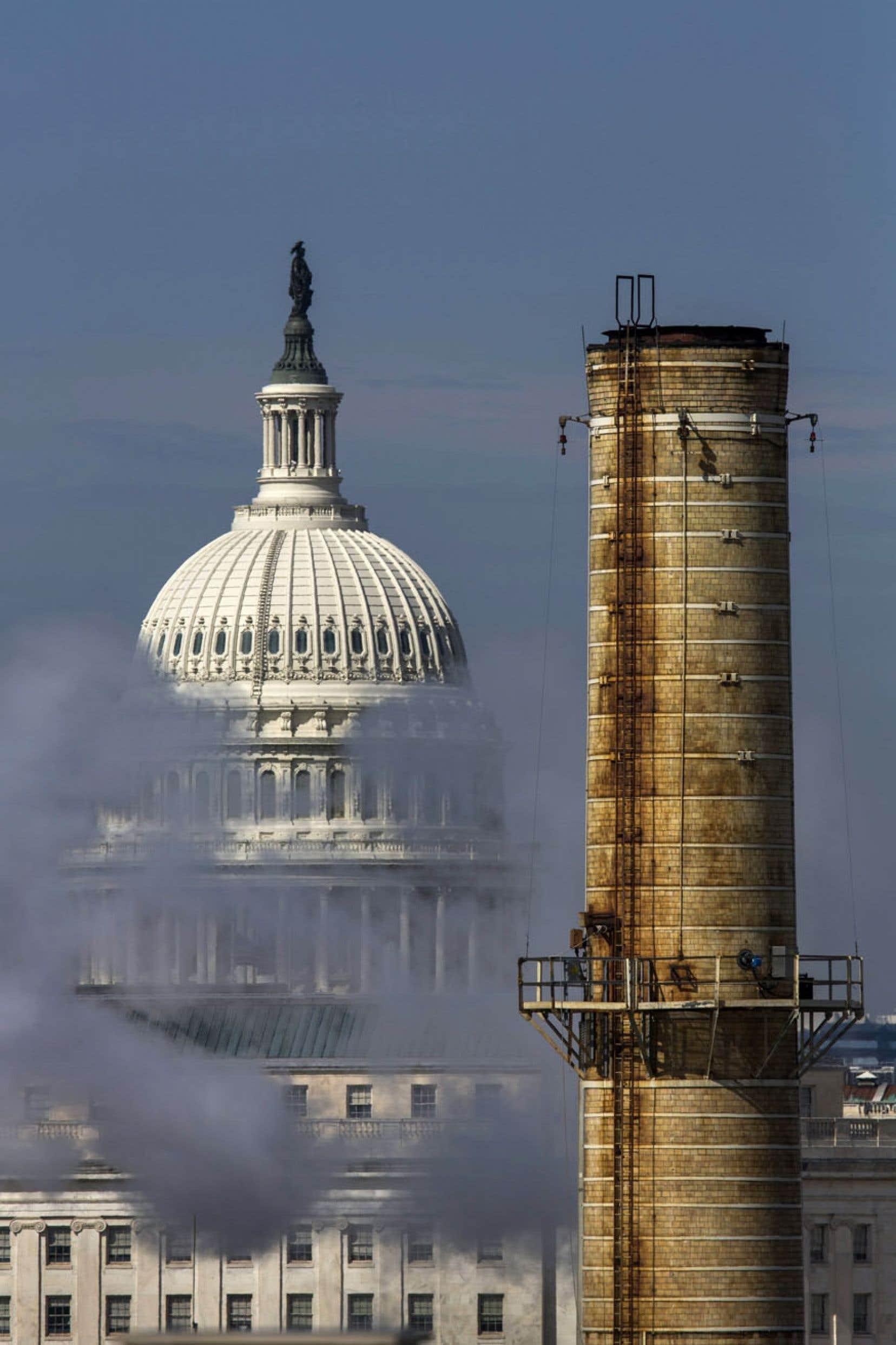 Le dôme du Capitole, à Washington, aperçu derrière les rejets émis par l'unique centrale au charbon de la capitale américaine.