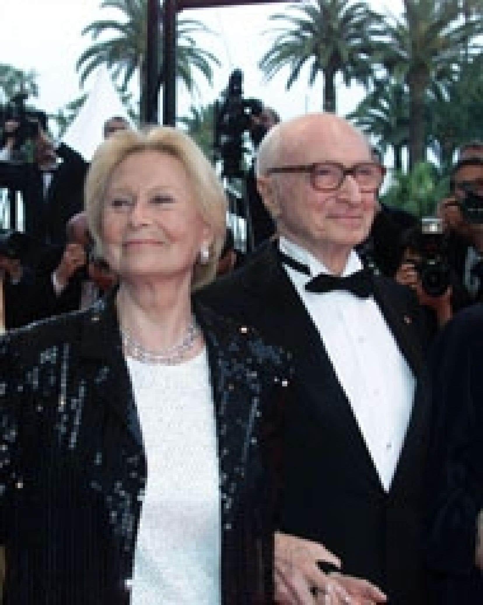 Gérard Oury et sa compagne Michèle Morgan arrivent main dans la main au 54e Festival de Cannes, en mai 2001, où le réalisateur à reçu un prix hommage pour l'ensemble de sa carrière.