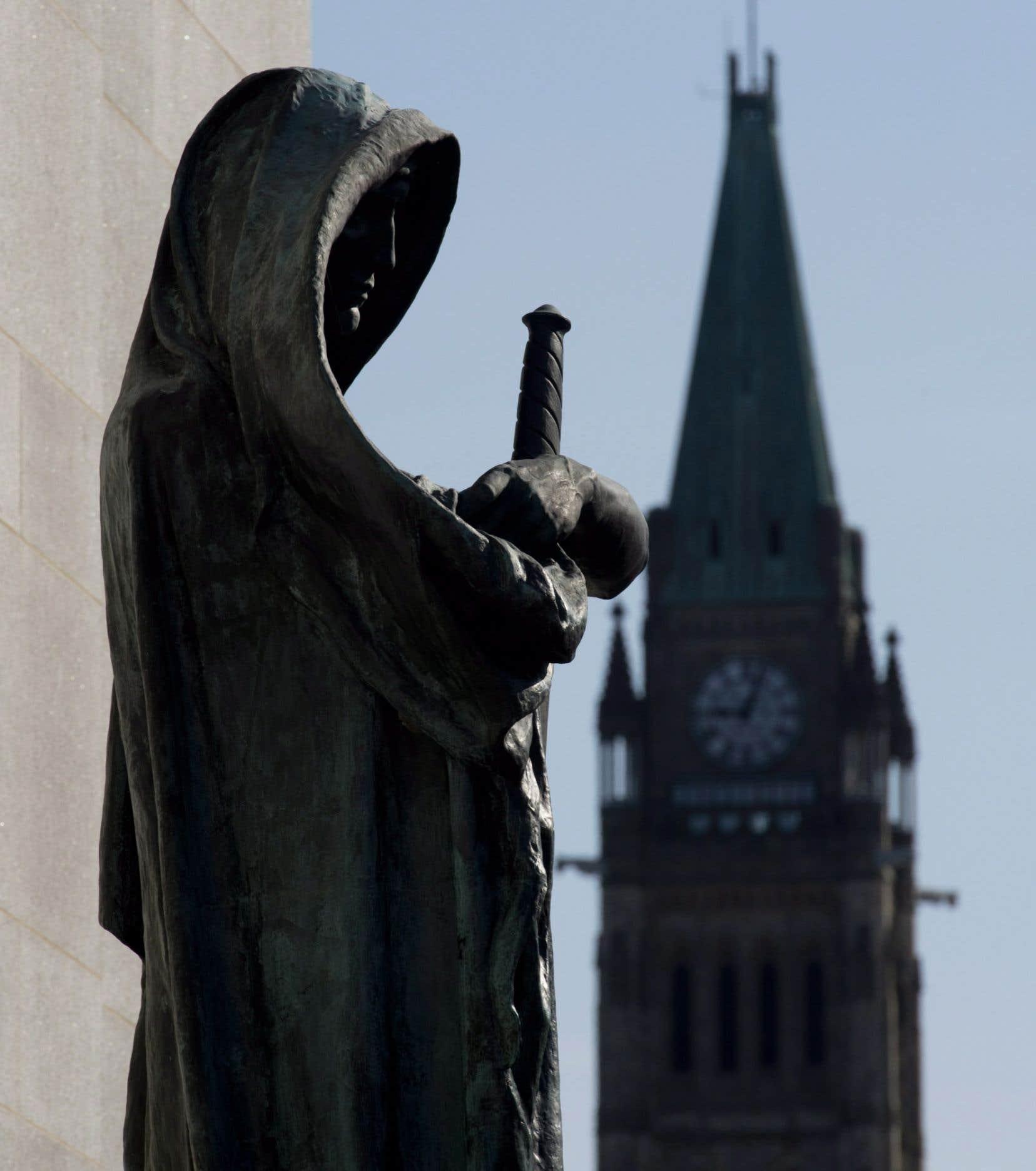 La statue Veritas garde l'entrée de la Cour suprême du Canada, à Ottawa. En arrière-plan, la tour de la Paix du Parlement. Les conservateurs ont fait reculer le dossier des nominations à la Cour suprême d'une décennie, soutient Irwin Cotler.