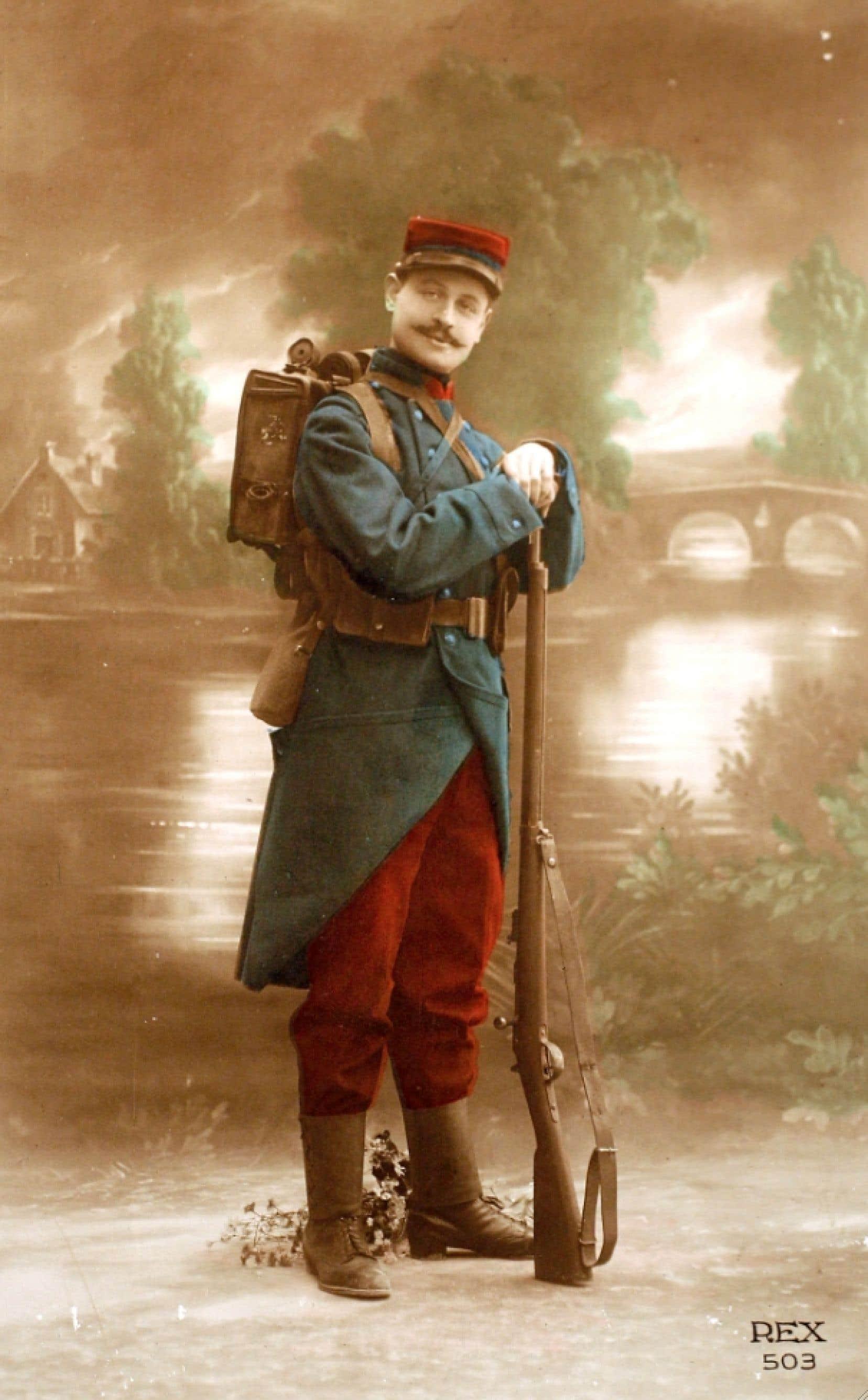 Carte postale colorisée montrant un fantassin français prêt à monter à l'assaut en pantalon rouge garance, du nom de cette plante qui produit un rouge visible à des mètres à la ronde, au début de la Première Guerre mondiale en 1914.