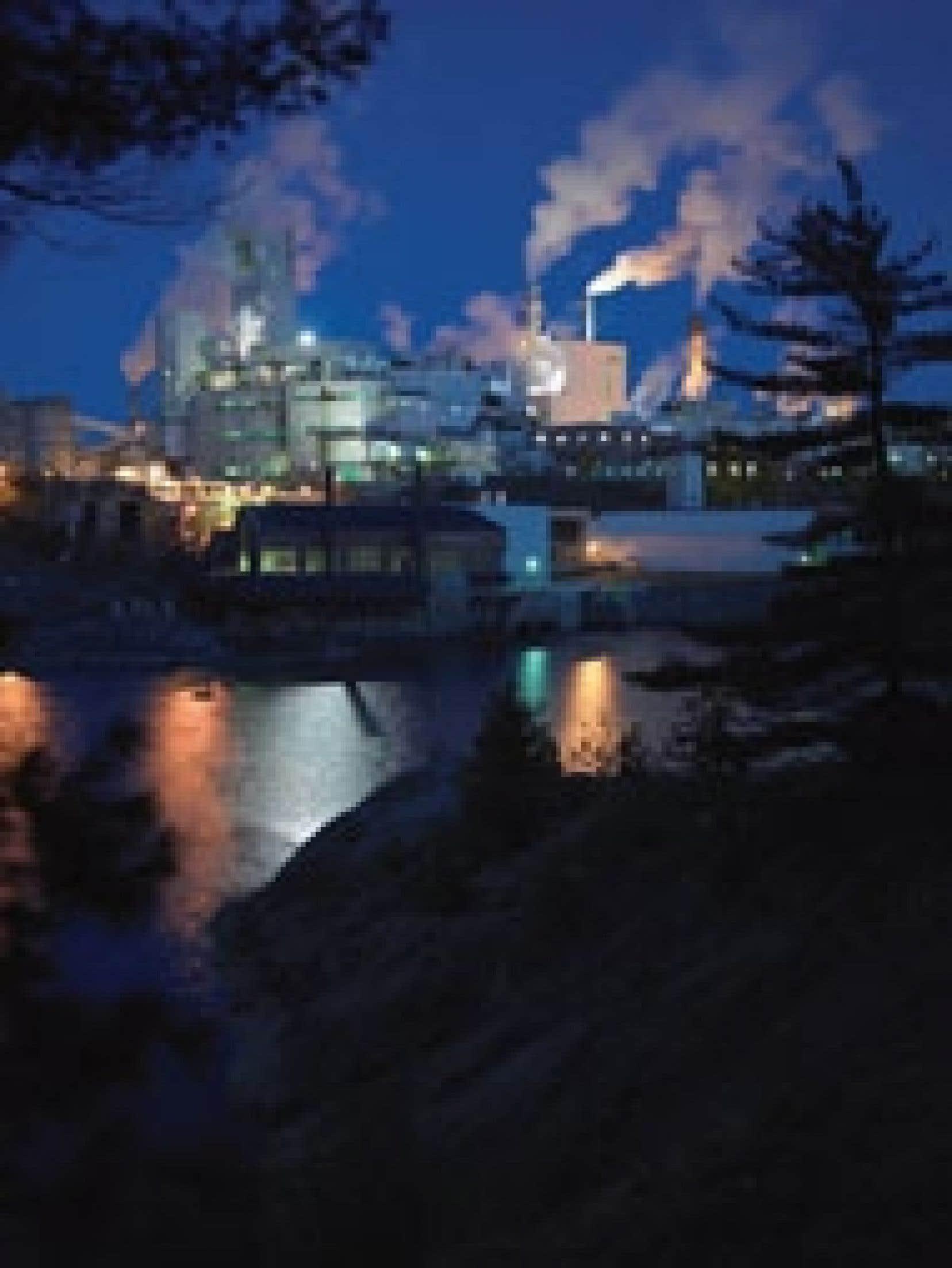 Une usine de Domtar. Selon le président et chef de la direction de l'APFC, Avrim Lazar, l'industrie forestière a atteint une productivité inégalée par rapport aux manufacturiers américains et aux autres fabricants canadiens et elle offre une pe