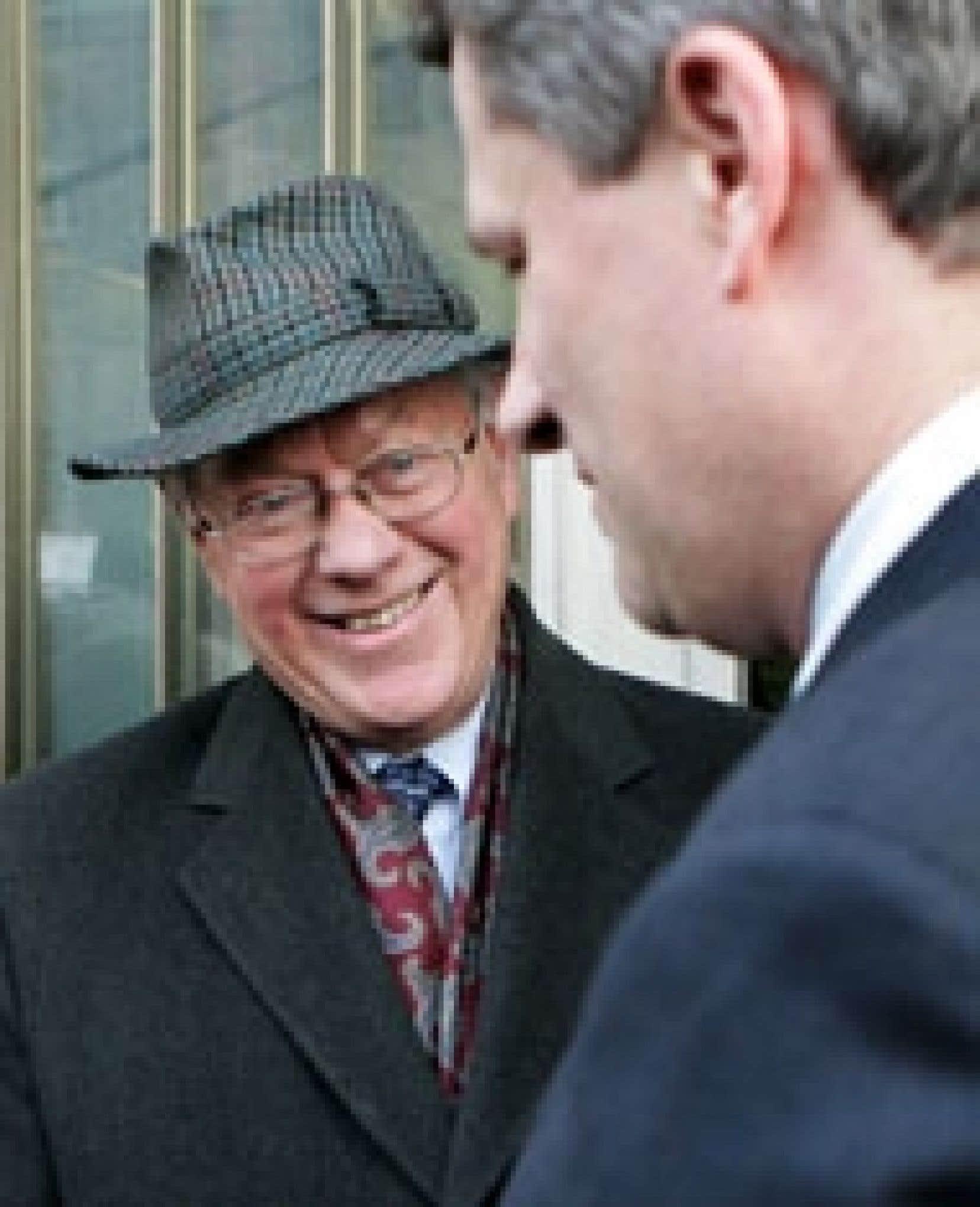 Le juge John Gomery (à gauche) a discuté avec le premier ministre, Stephen Harper, après la publication de son dernier rapport.