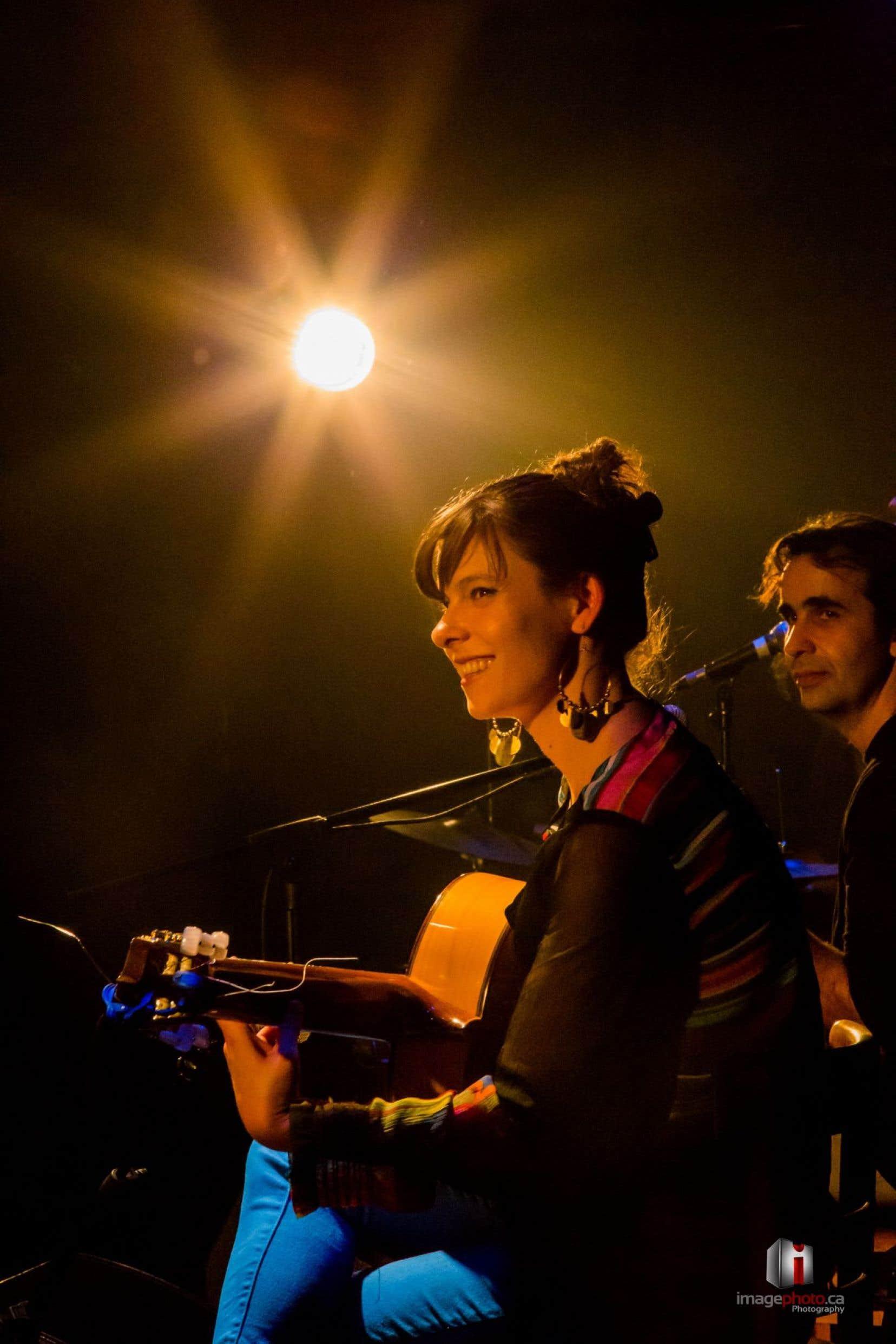 Caroline Planté, grande guitariste de renommée internationale, avait pourtant l'air toute petite sur scène.