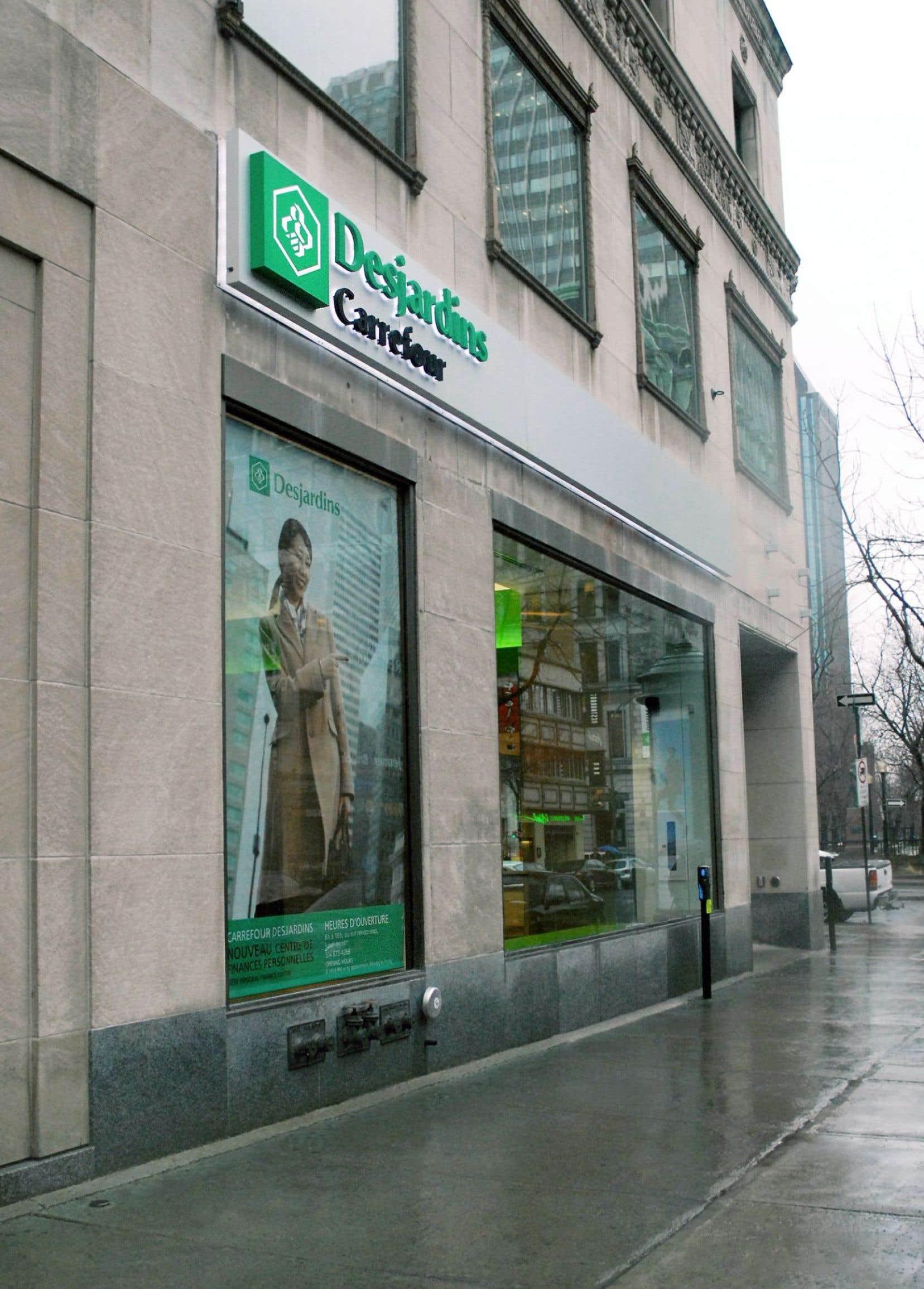 Au Québec, le modèle coopératif contribue à le distinguer de façon importante du reste du Canada. Avec ses 40000 employés, le Mouvement Desjardins est un groupe entrepreneurial de type coopératif où il y a des assemblées générales entre les caisses.