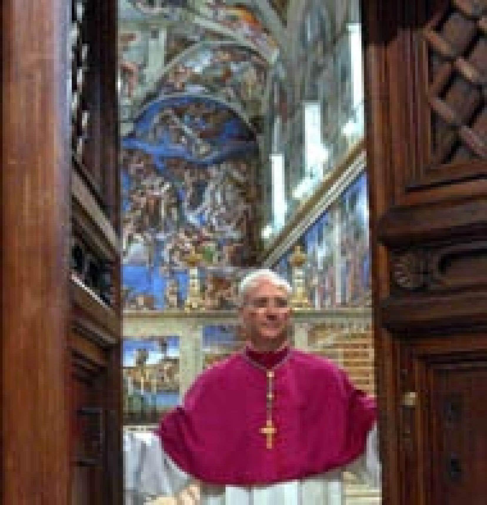«Extra omnes» (dehors, tous) a lancé Mgr Piero Marini, maître des célébrations liturgiques, puis les portes de la chapelle Sixtine se sont refermées sur les 115 cardinaux.