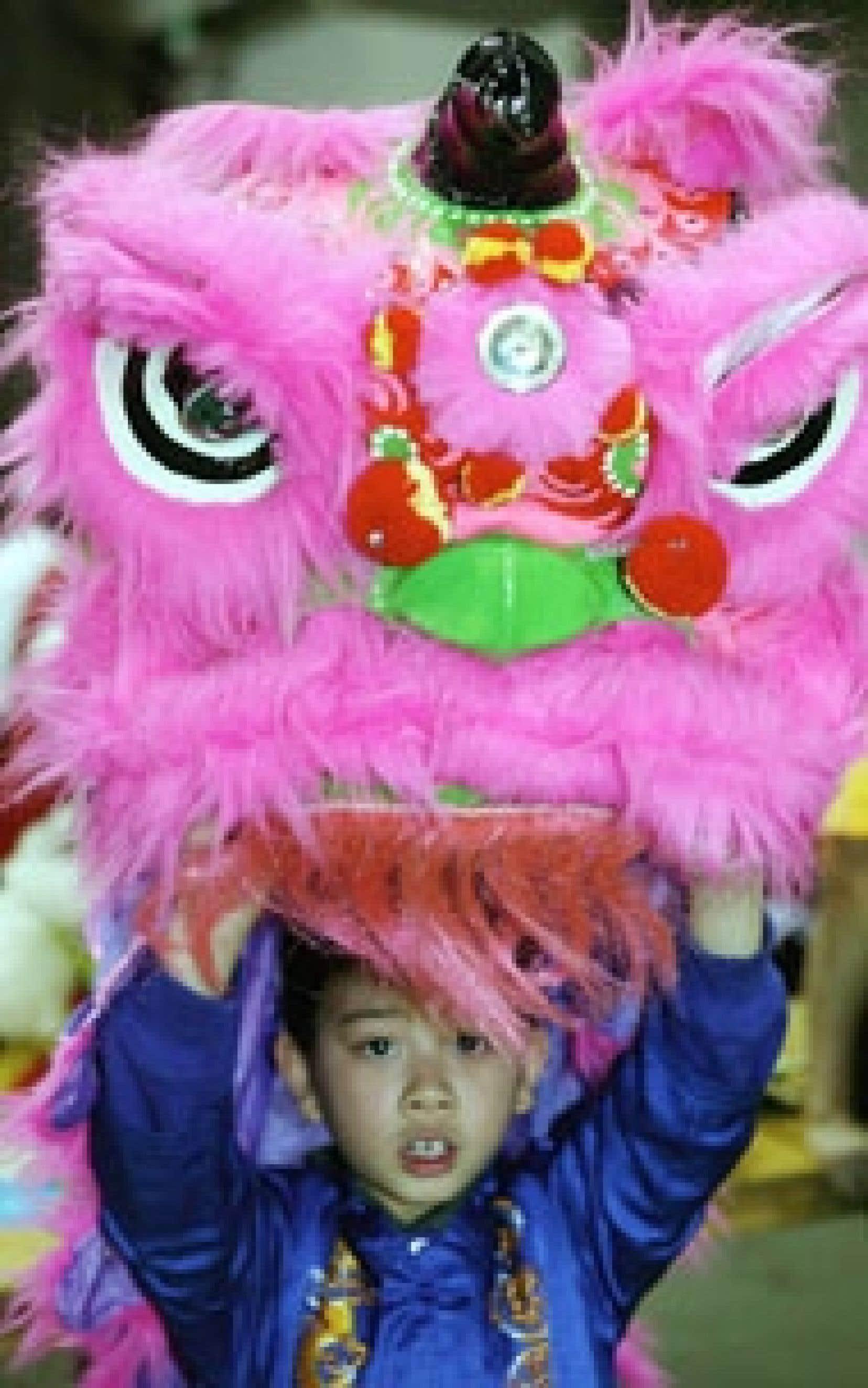 Les émigrants vivent souvent à cheval entre la terre natale et la terre d'accueil. Ci-dessus: le Nouvel An vietnamien à Montréal.