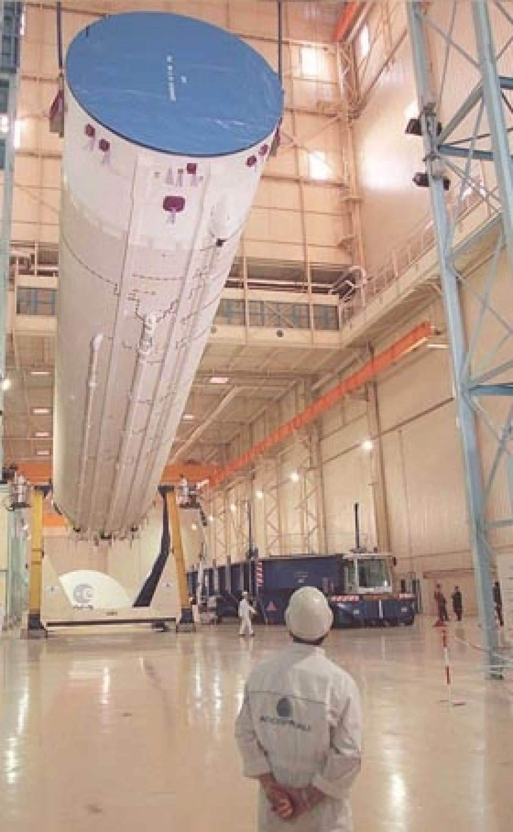 La fusée Ariane 501 photographiée peu avant d'être installée sur son aire de lancement en juin 1996. Ariane 501 a explosé 40 secondes après son décollage, victime d'une panne de son système de navigation, ce qui a entraîné la perte des quat