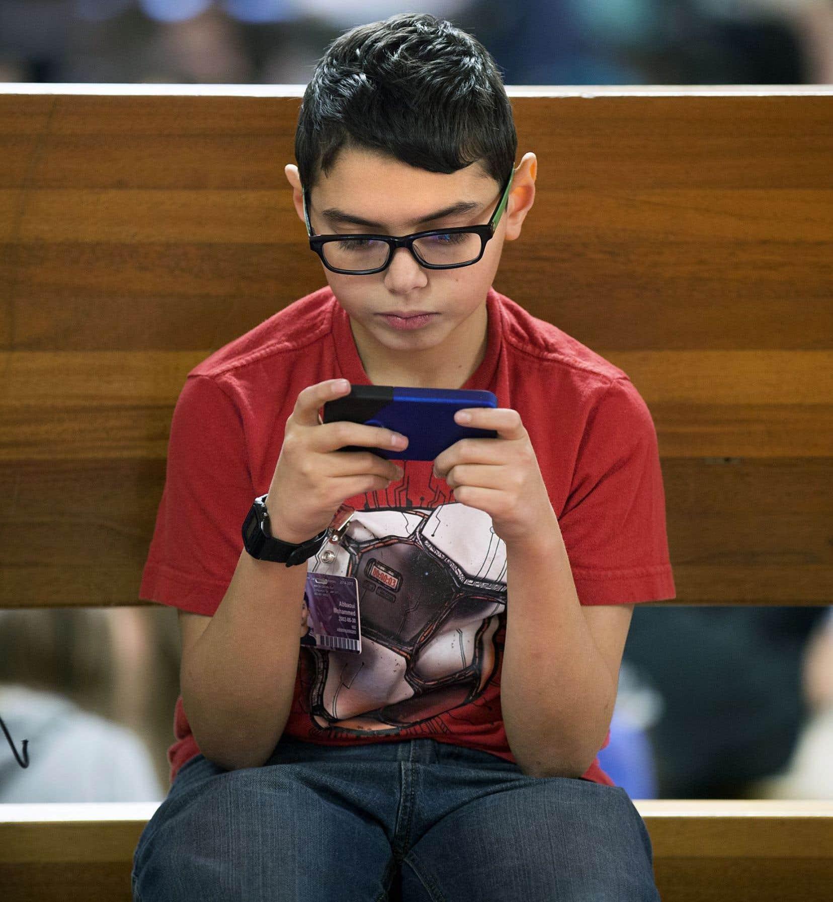 La cyberdépendance, qui touche deux jeunes Québécois sur trois, serait un facteur pouvant entraîner de la pauvreté relationnelle.
