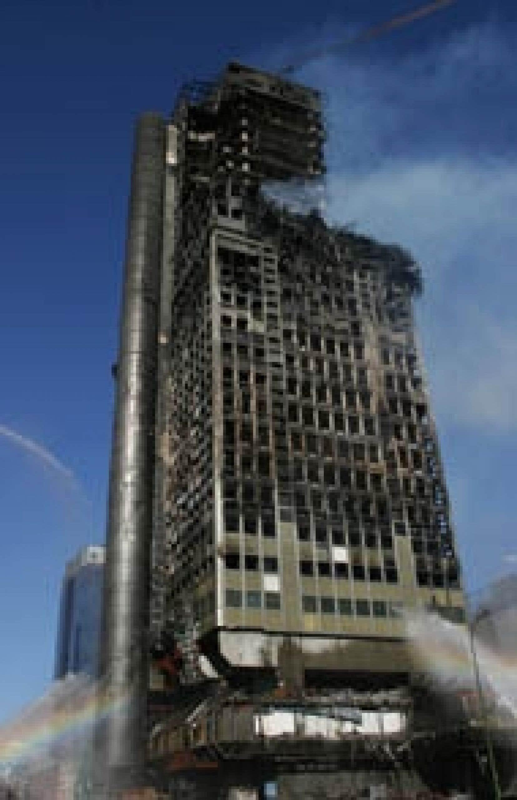 Au moins six étages supérieurs de la tour Windsor, en plein centre de Madrid, se sont effondrés sur des niveaux inférieurs trois heures après le début du sinistre.
