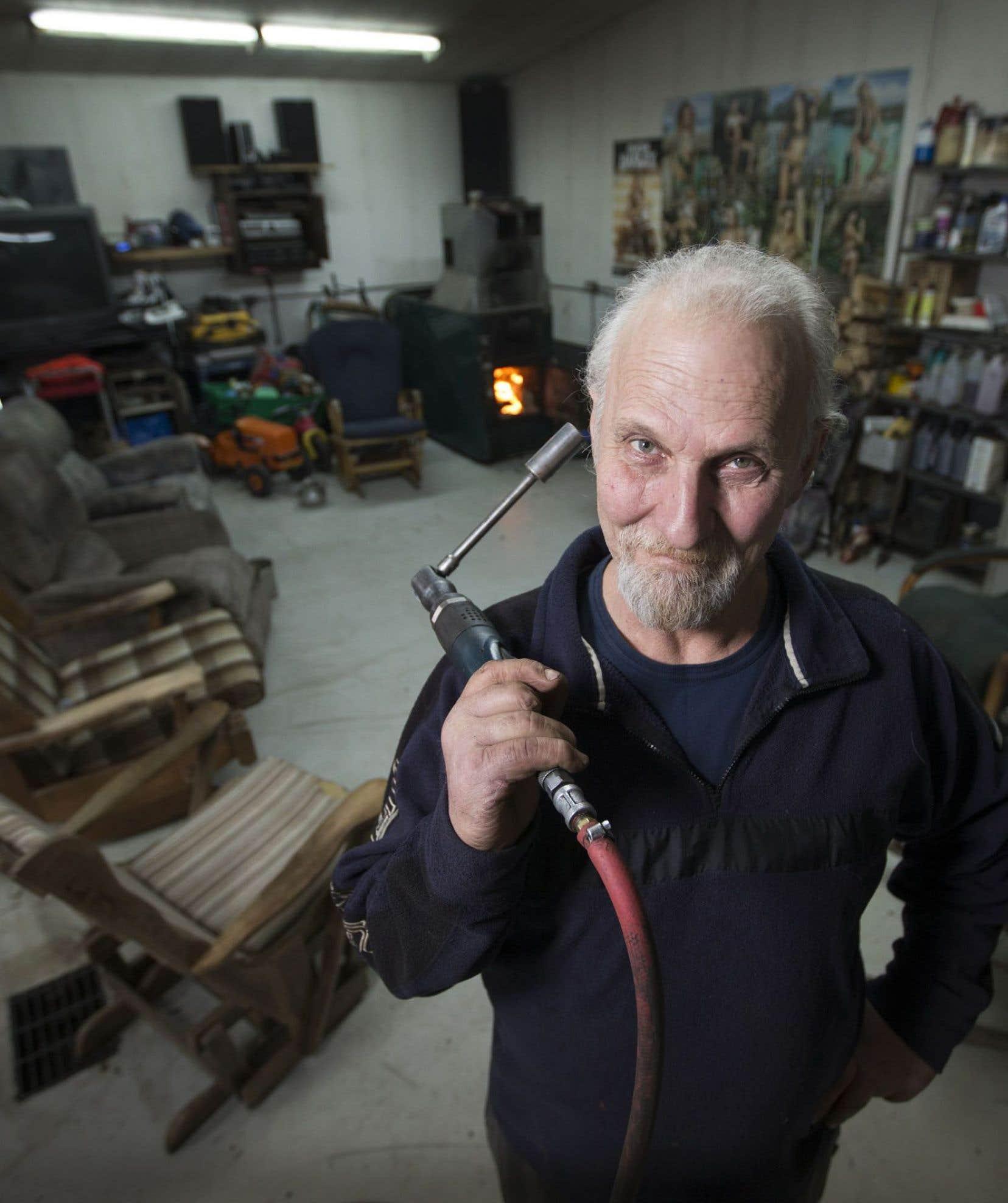 Le cinéaste Michel Demers, documentariste qui aime faire le portrait de gens «ordinaires», a posé sa caméra dans l'intimité du garage de son frère mécanicien.