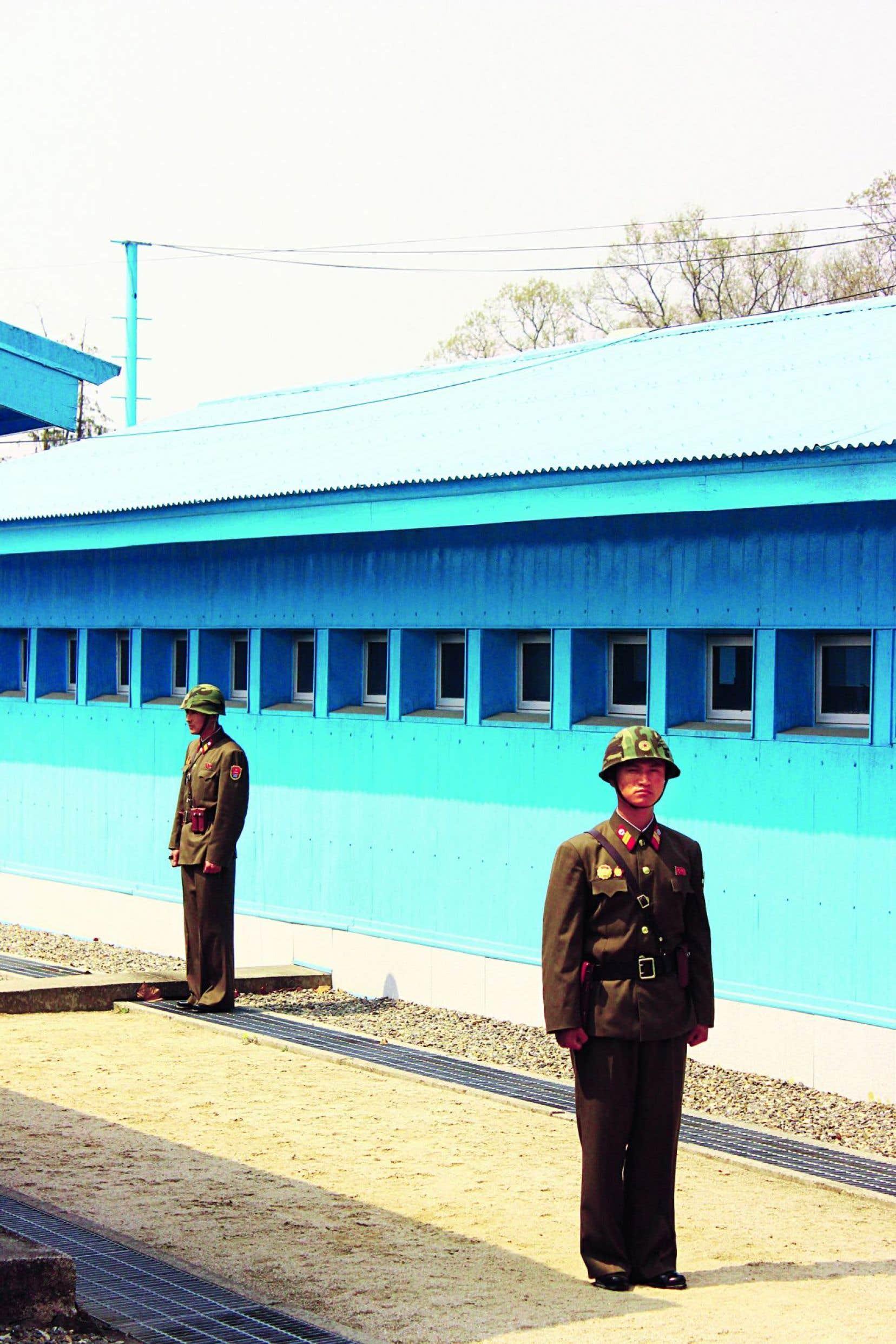 Deux militaires nord-coréens à la ligne de démilitarisation, côté Corée du Nord