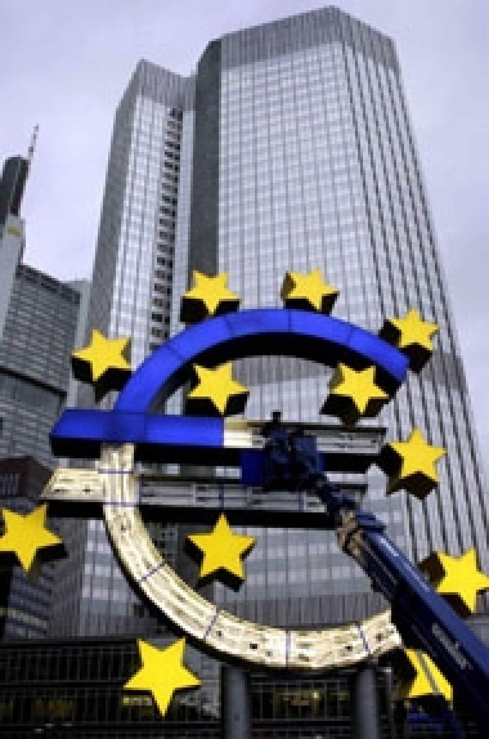 Un immense sigle de l'euro devant les bureaux de la Banque centrale européenne, à Francfort.