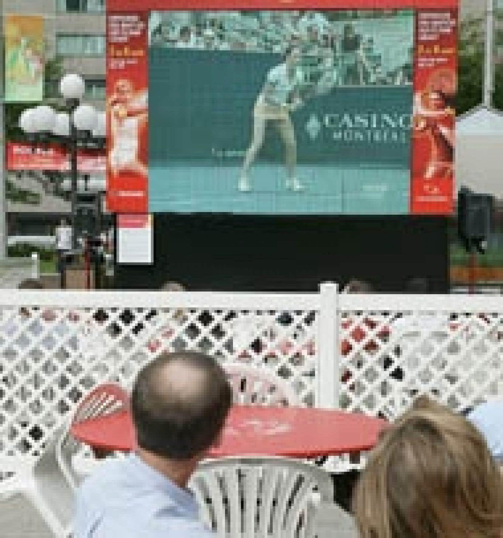 Les amateurs de tennis peuvent assister aux meilleurs matchs du tournoi Rogers sur un écran géant extérieur, Place Ville-Marie. On peut voir ici la Russe Alina Jidkova lors du match qui l'opposait hier à l'Américaine Jennifer Capriati.