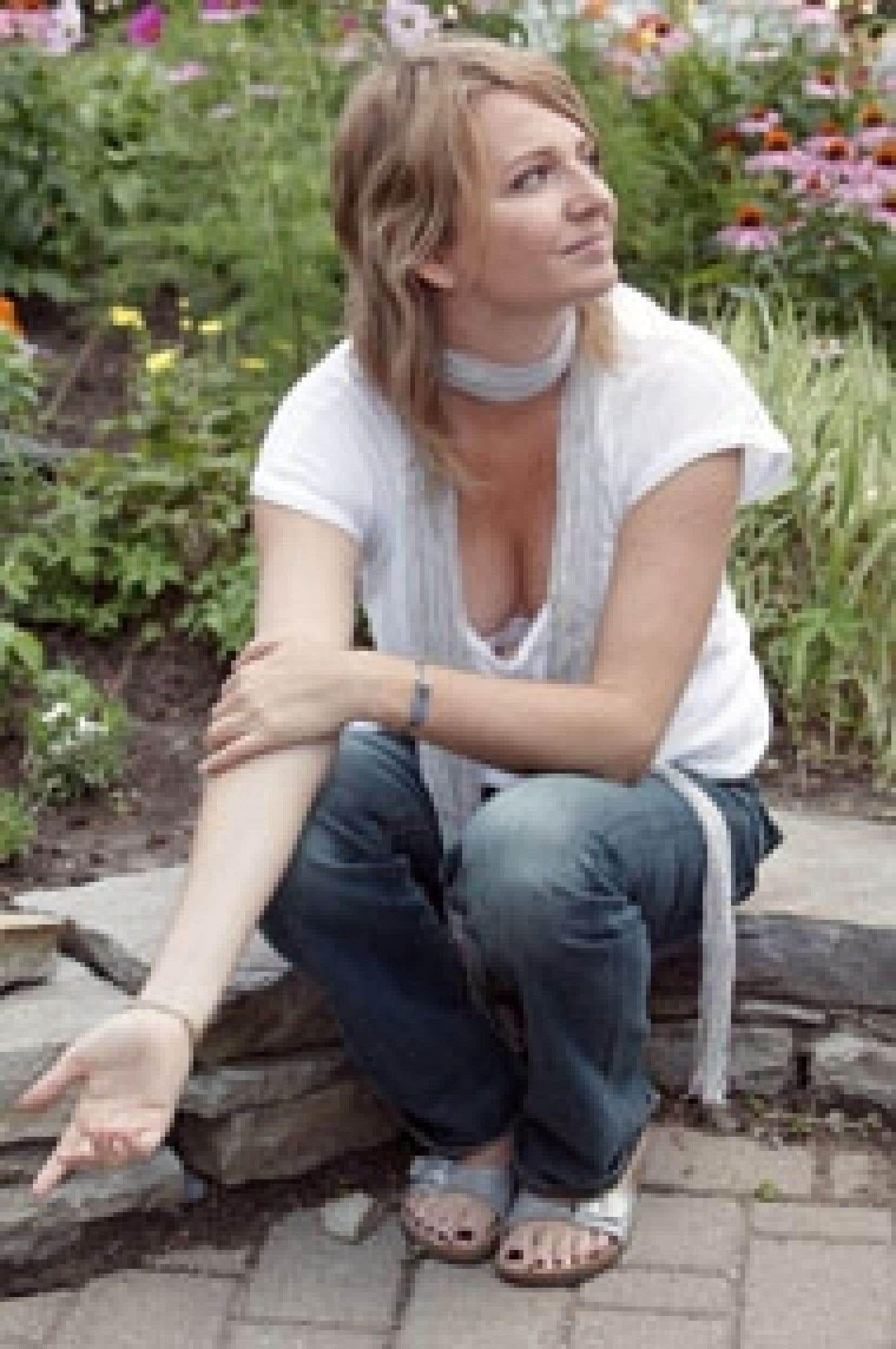 La femme derrière la voix mielleuse, sensuelle et caressante qui fait la particularité agréable d'Autour de Lucie ne s'appelle pas Lucie — le nom du groupe étant en effet un simple concept — mais plutôt... Valérie Leulliot.