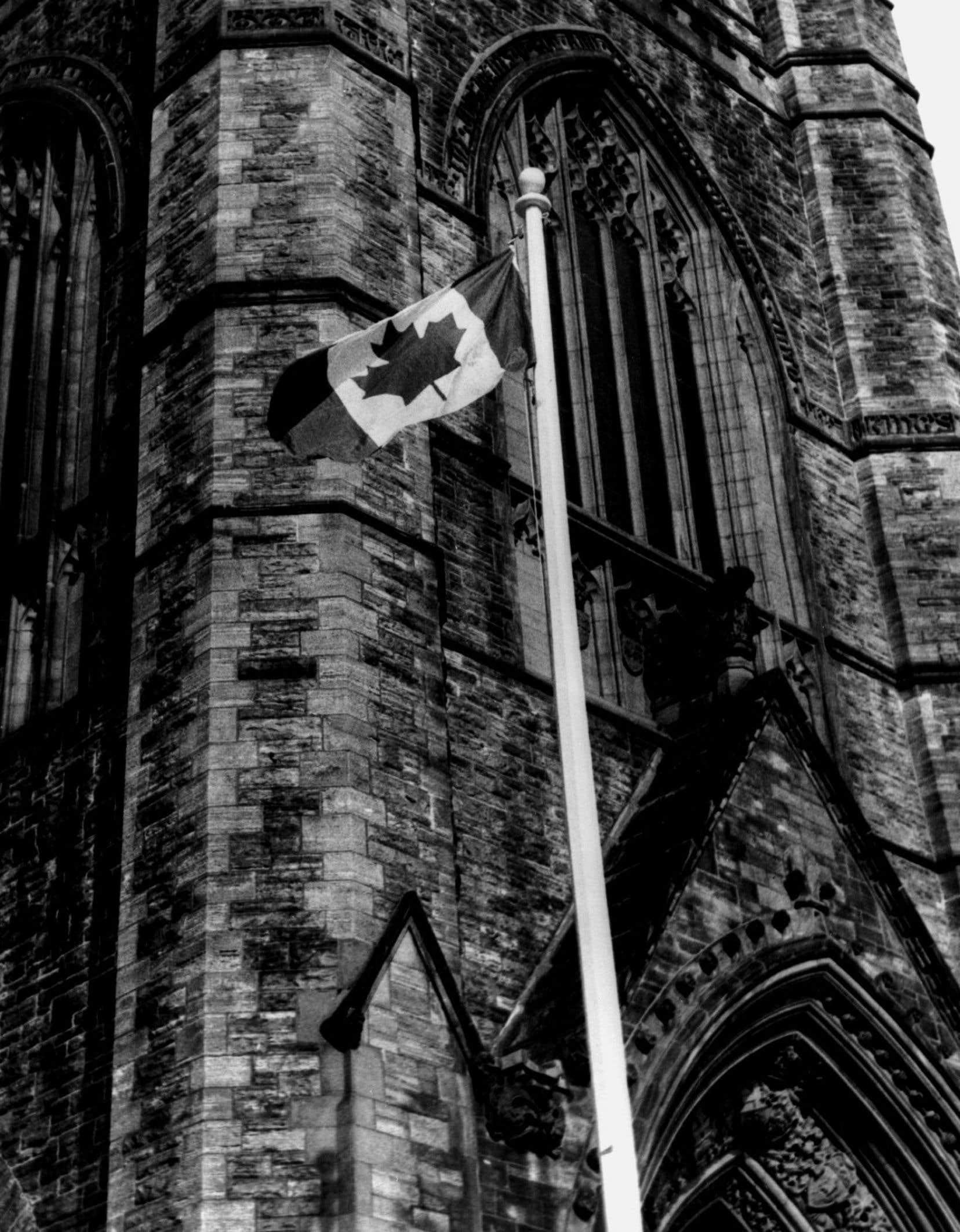 Devenu officiellement le drapeau national du Canada le 15 février 1965, l'unifolié a été déployé pour la première fois sur la colline parlementaire, à Ottawa.