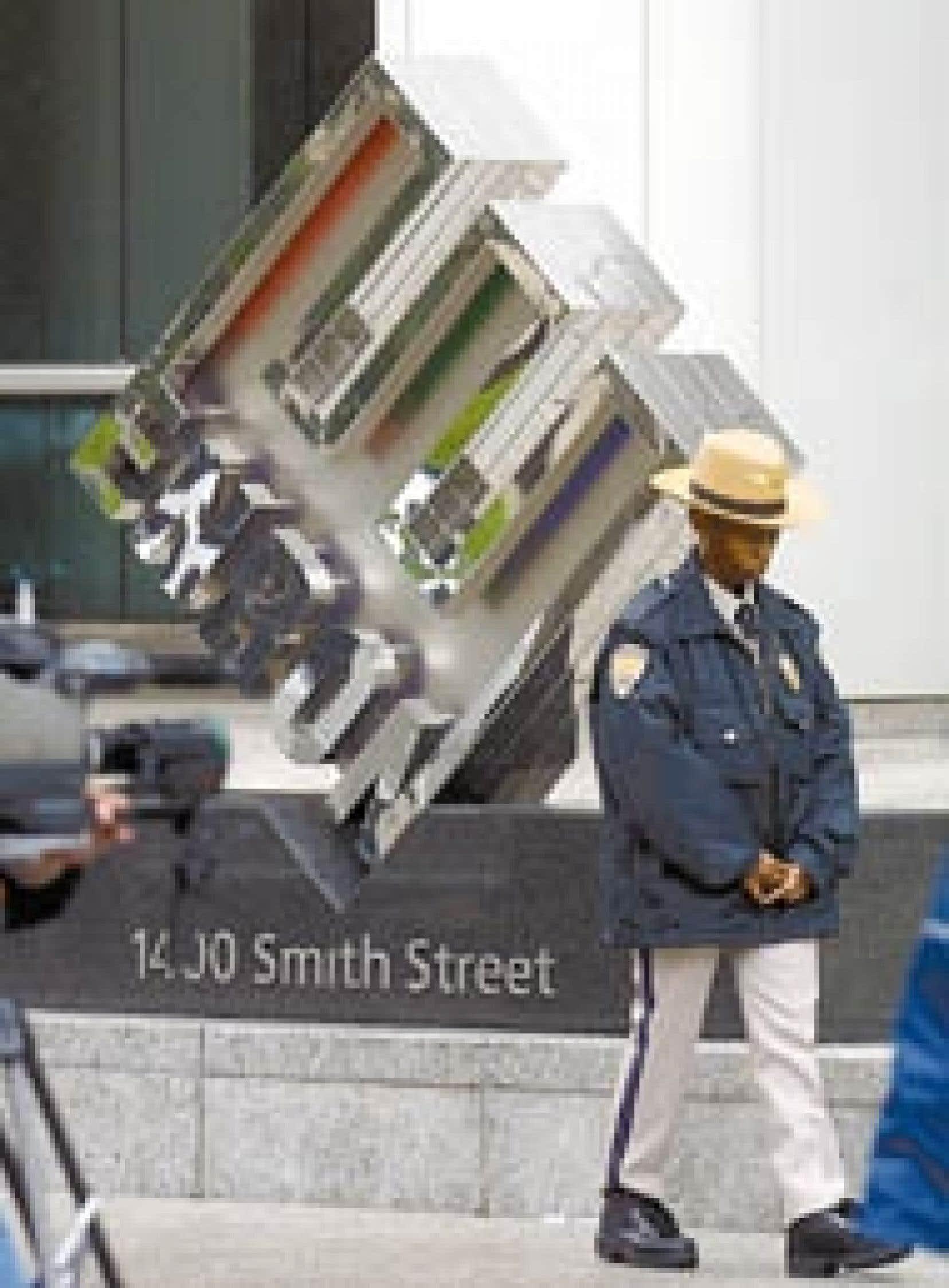 Un gardien de sécurité faisait les cent pas devant les bureaux d'Enron le jour de l'annonce de la faillite fracassante du groupe. Selon une récente enquête, 83,5 % des dirigeants d'entreprise estiment que les nouvelles règles de gouvernance im