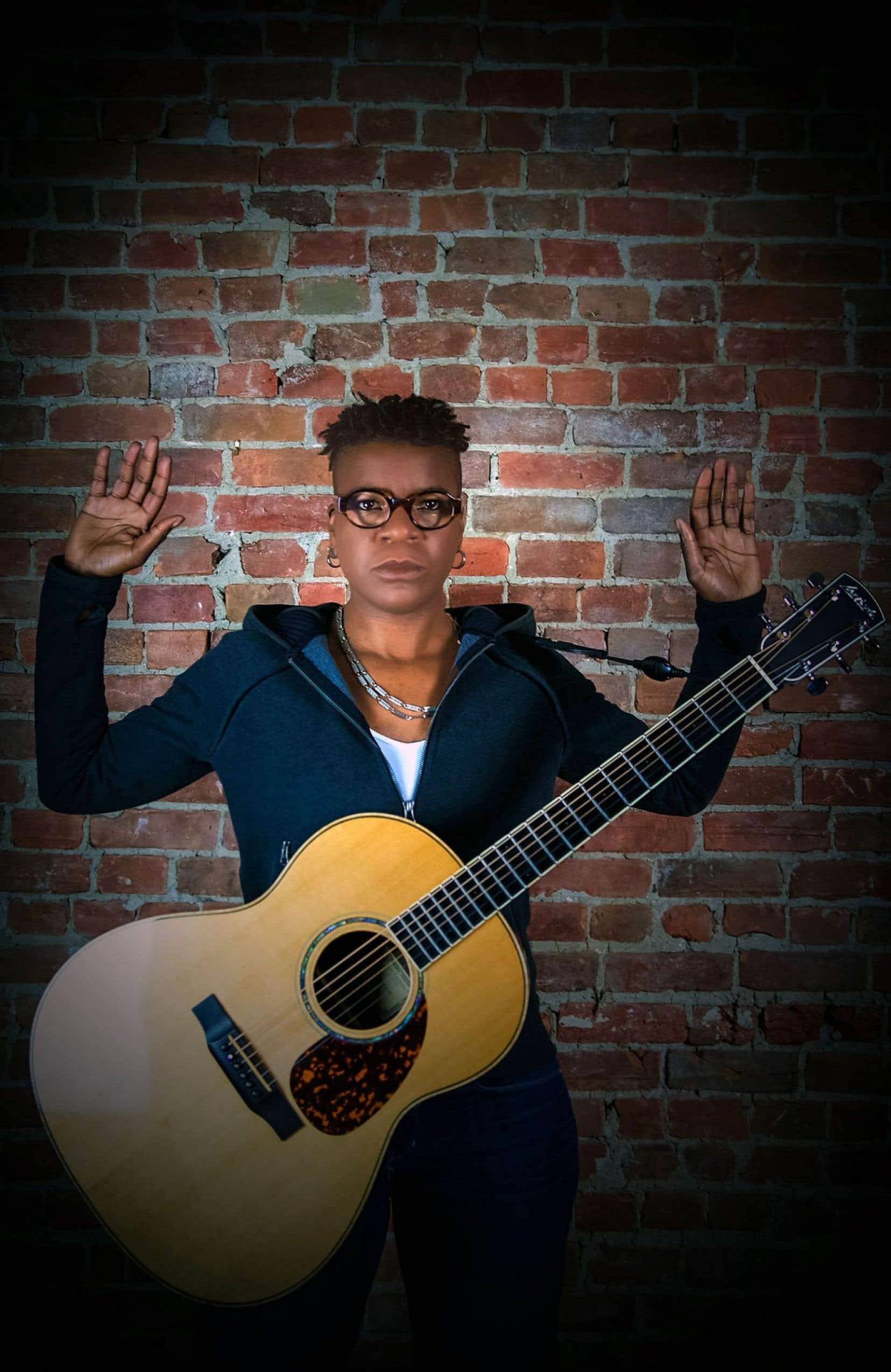 La chanteuse-guitariste Cécile Doo-Kingué propose un troisième album acoustique, ancré dans ses racines africaines, mais porteur d'une voix sociale engagée.