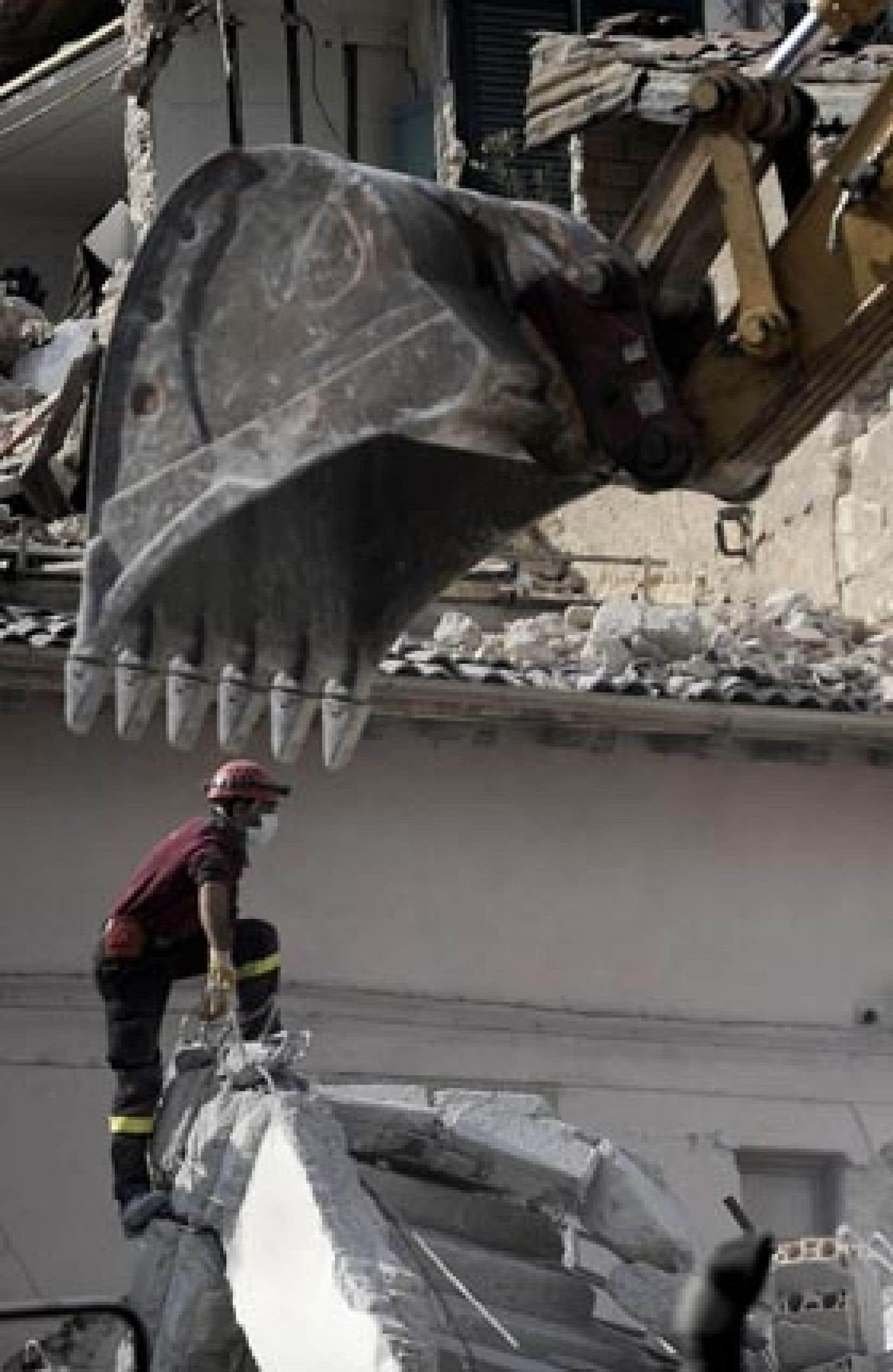 Les secouristes ont continué à fouiller les décombres, hier, en dépit des répliques qui ont compliqué leur tache.