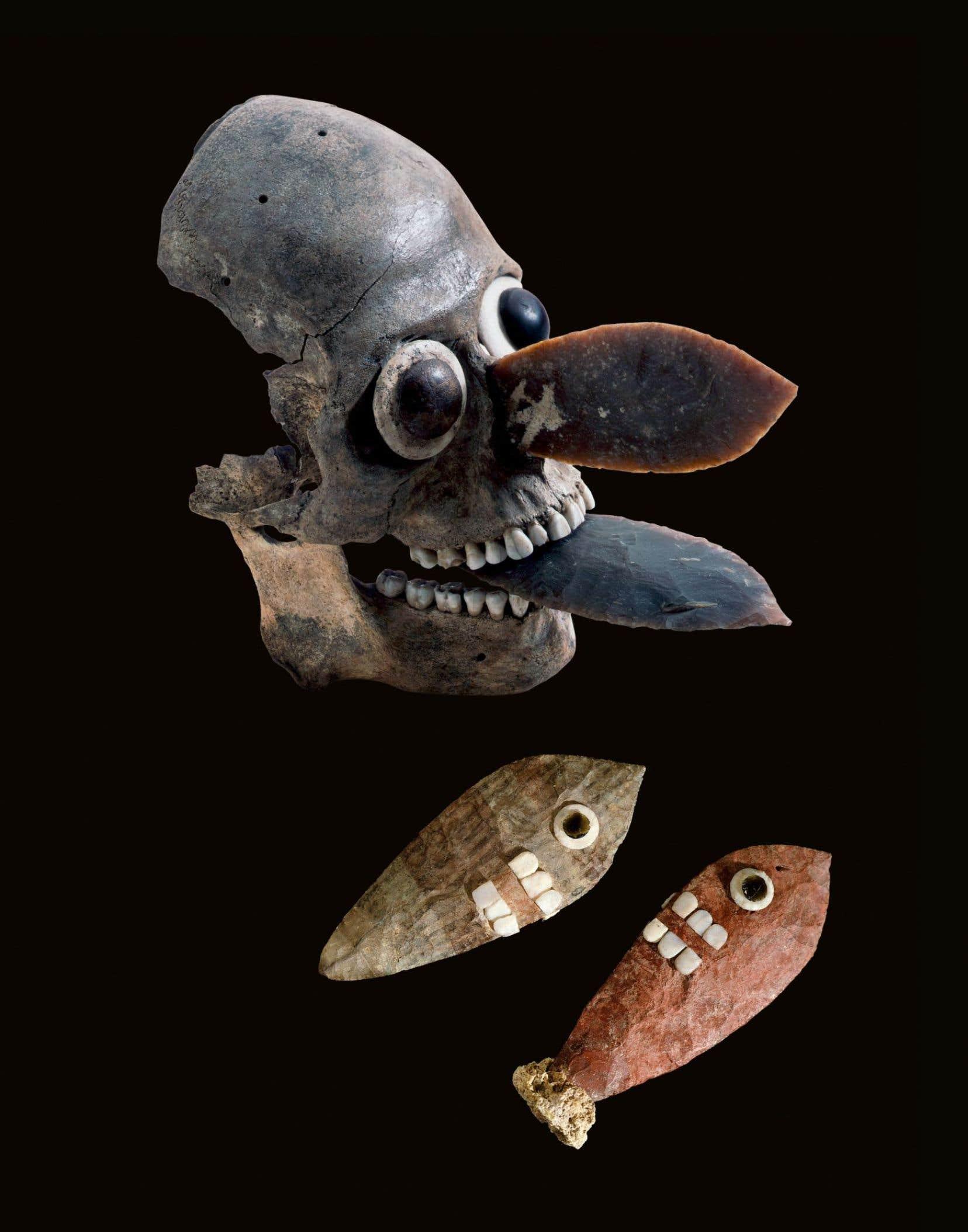 Masque fait d'un crâne humain planté de deux lames de couteaux sacrificiels qui pourrait représenter Mictlantecuhtli, le dieu de la mort.
