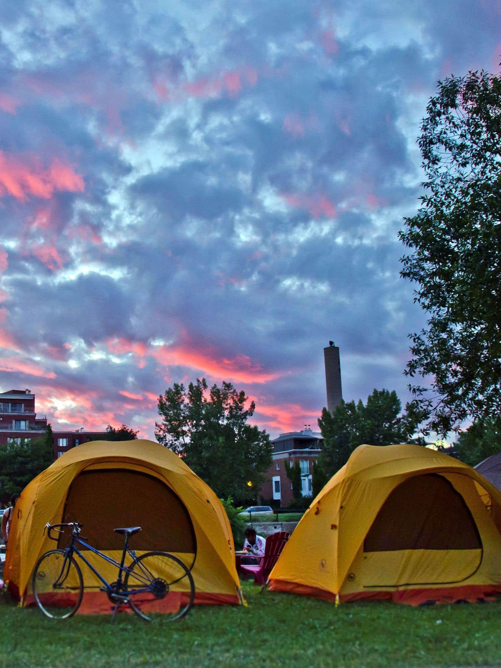 Initiation au camping citadin au canal de Lachine, au soleil couchant